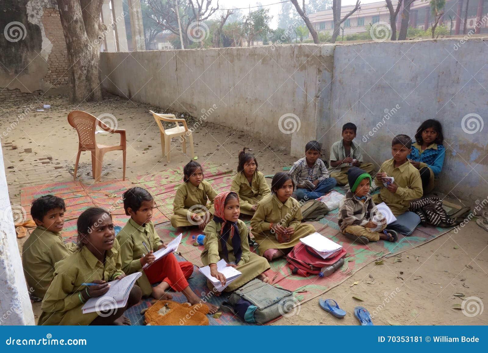 L école rurale indienne badine dehors