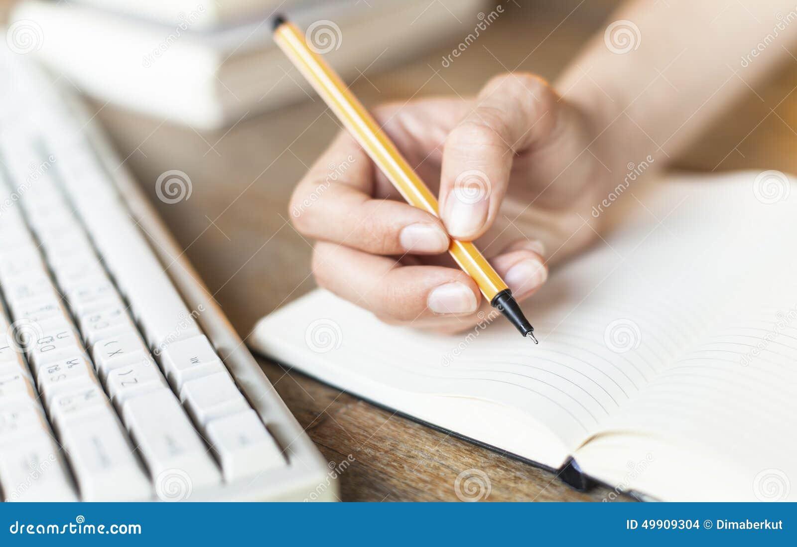 L écriture, main femelle écrit avec un stylo dans un carnet de journal intime Éducation