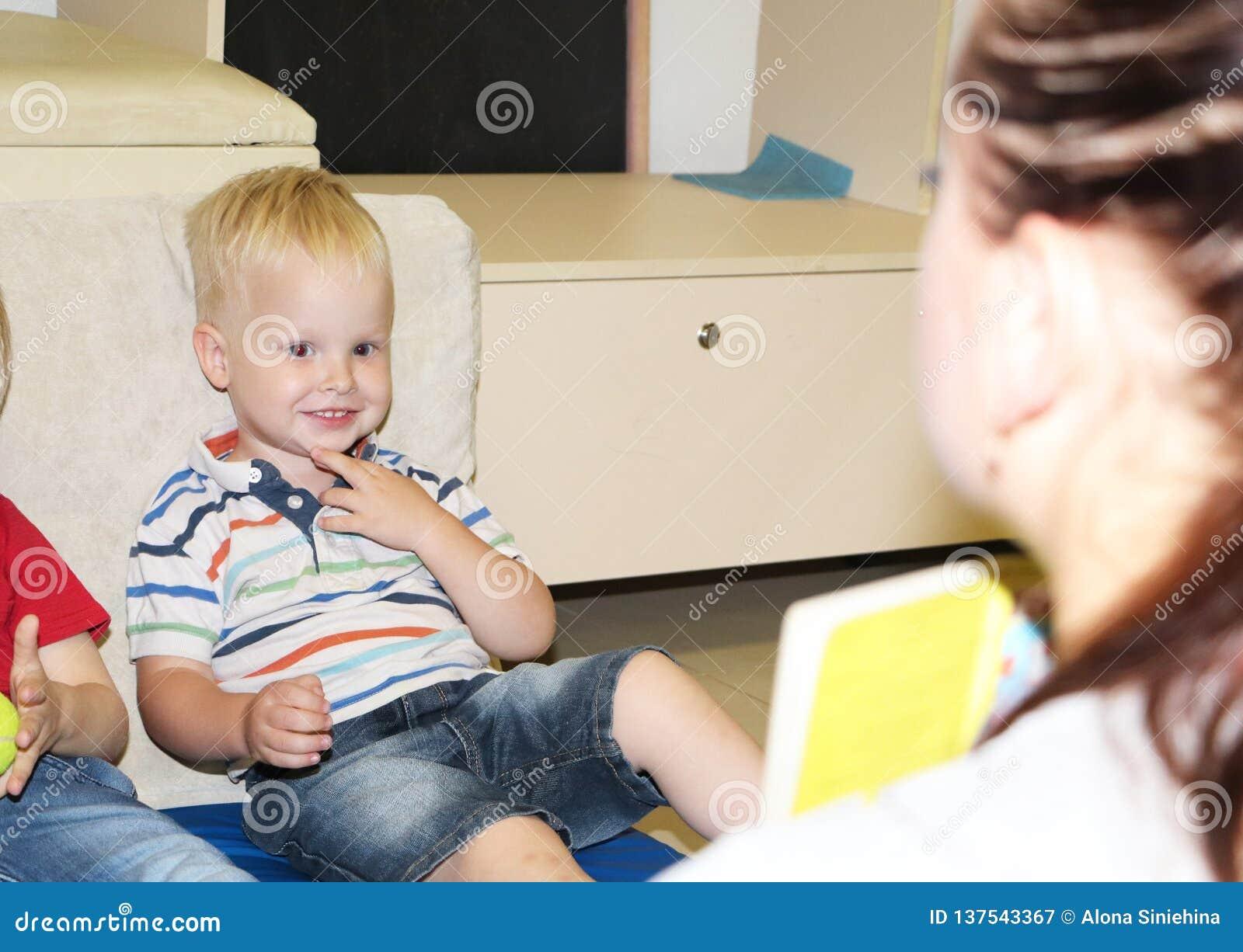 L éducateur a affaire avec l enfant dans le jardin d enfants Créativité et développement de l enfant