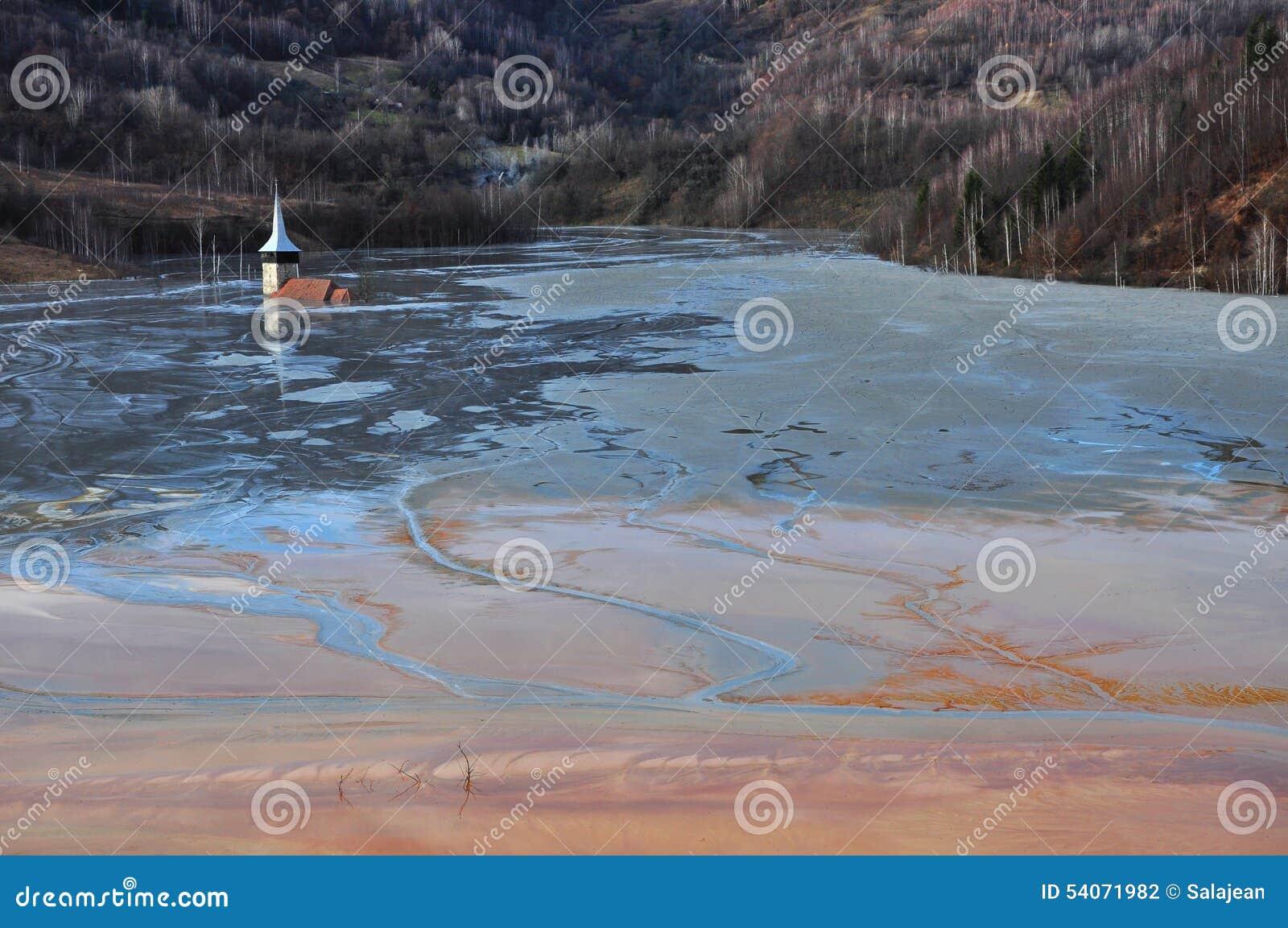 L église abandonnée a inondé par un lac complètement avec les résiduels chimiques