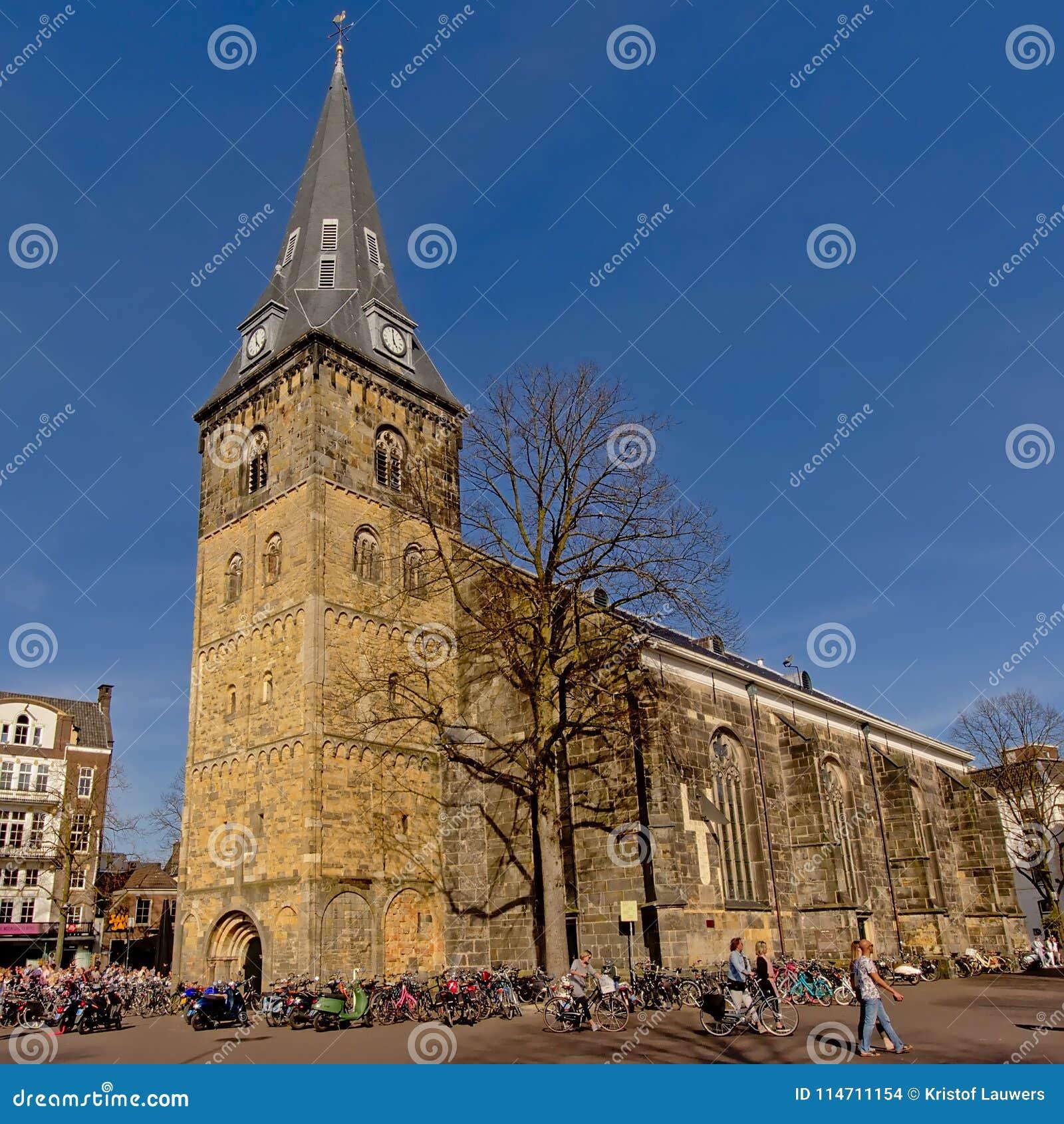 L église d Enschede, les Pays-Bas avec l andd de beaucoup de personnes va à vélo autour