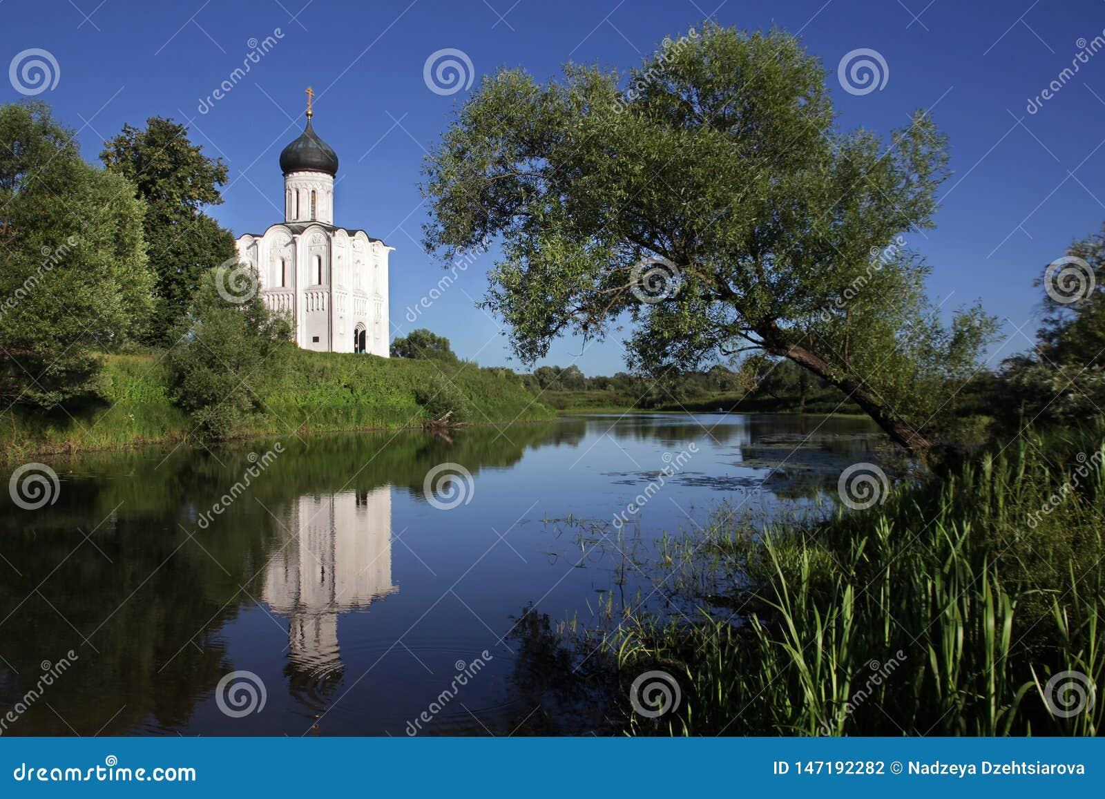 L église en pierre blanche de l intervention de la mère la plus sainte de Dieu sur Nerli le 12ème siècle