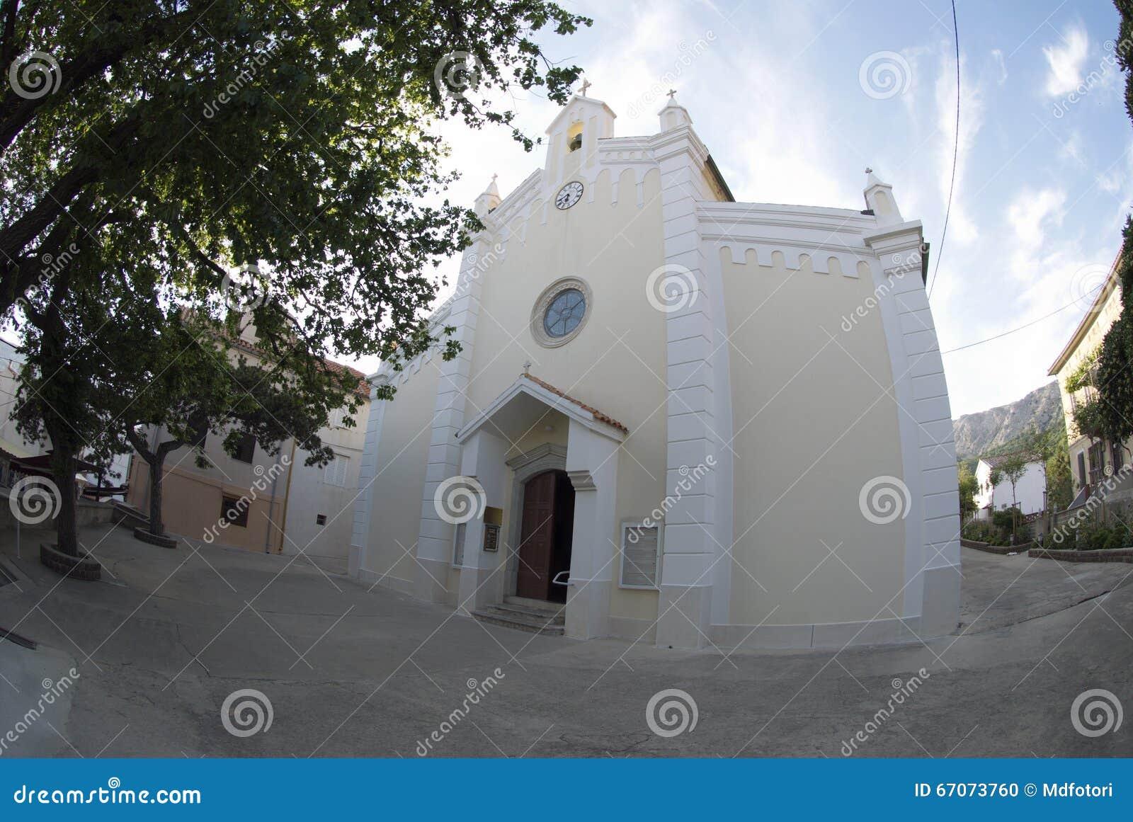 L église paroissiale de la trinité de St et du vieil arbre dans Baska sur l île Krk, Croatie