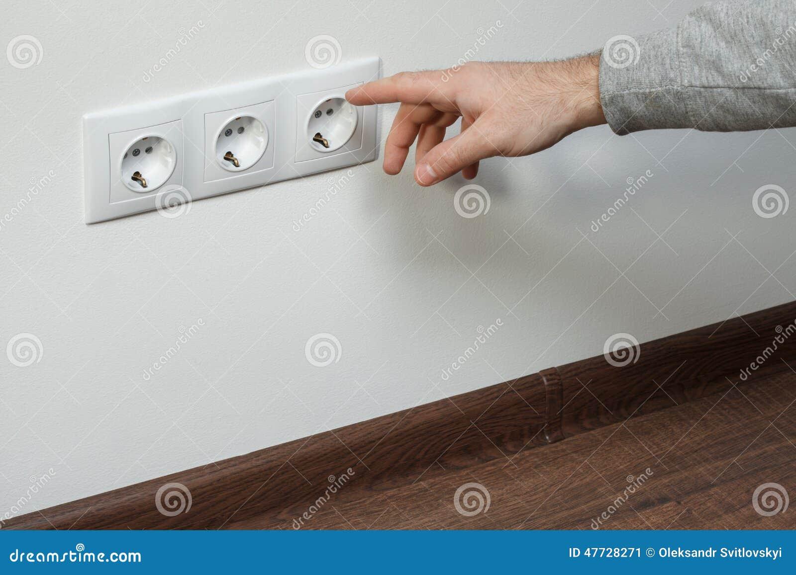 L 39 lectricien montre un doigt une prise lectrique photo stock image - Refaire une prise electrique ...