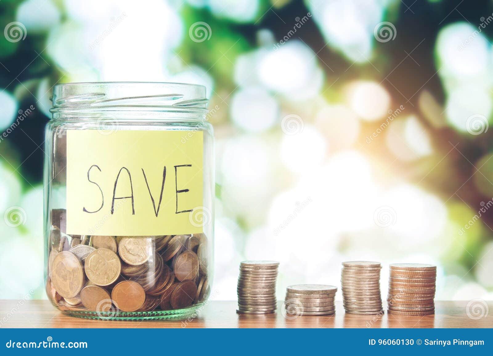 L épargne exprime avec la pièce de monnaie dans le pot en verre