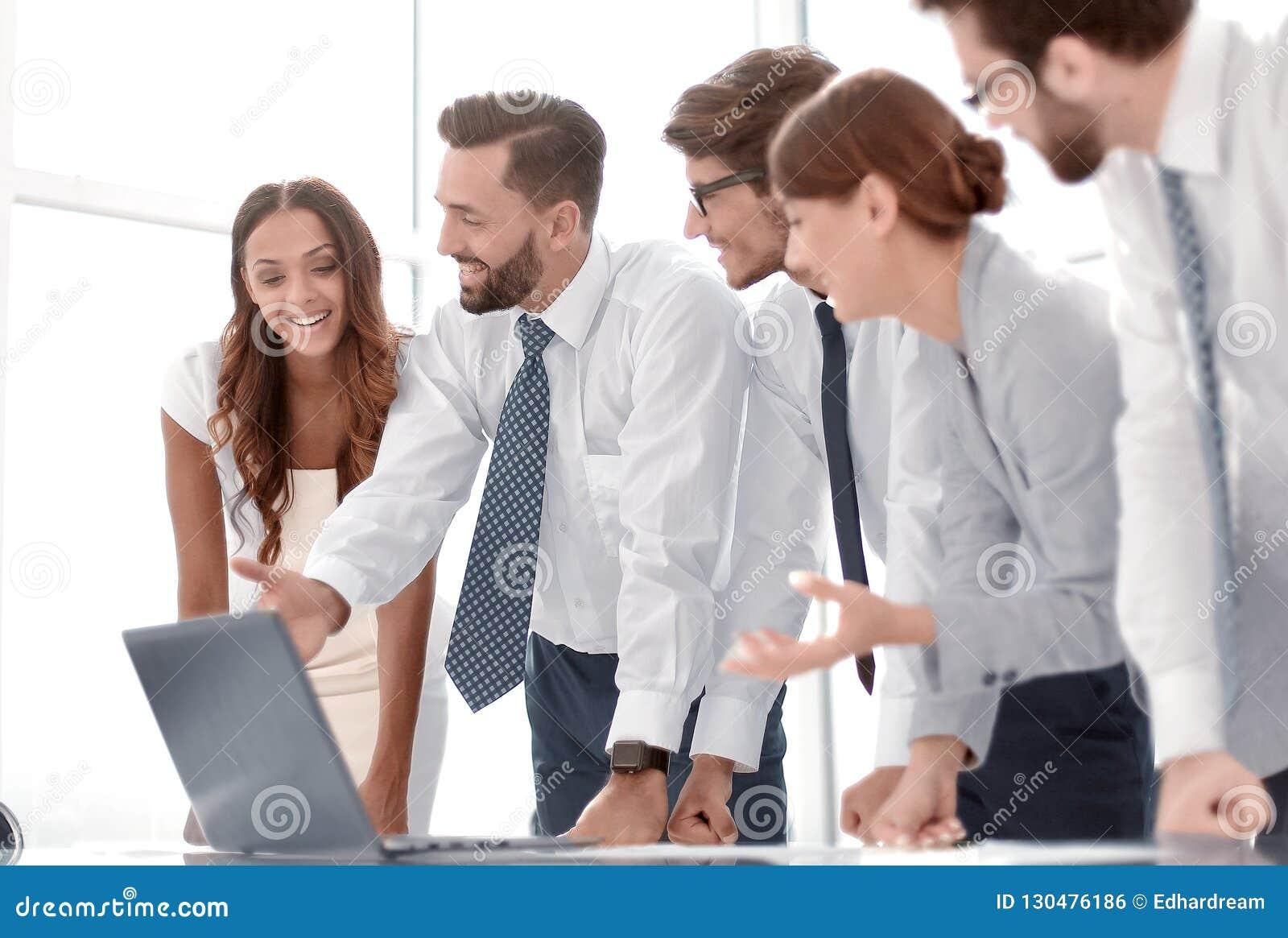 L équipe d affaires discute la documentation en ligne