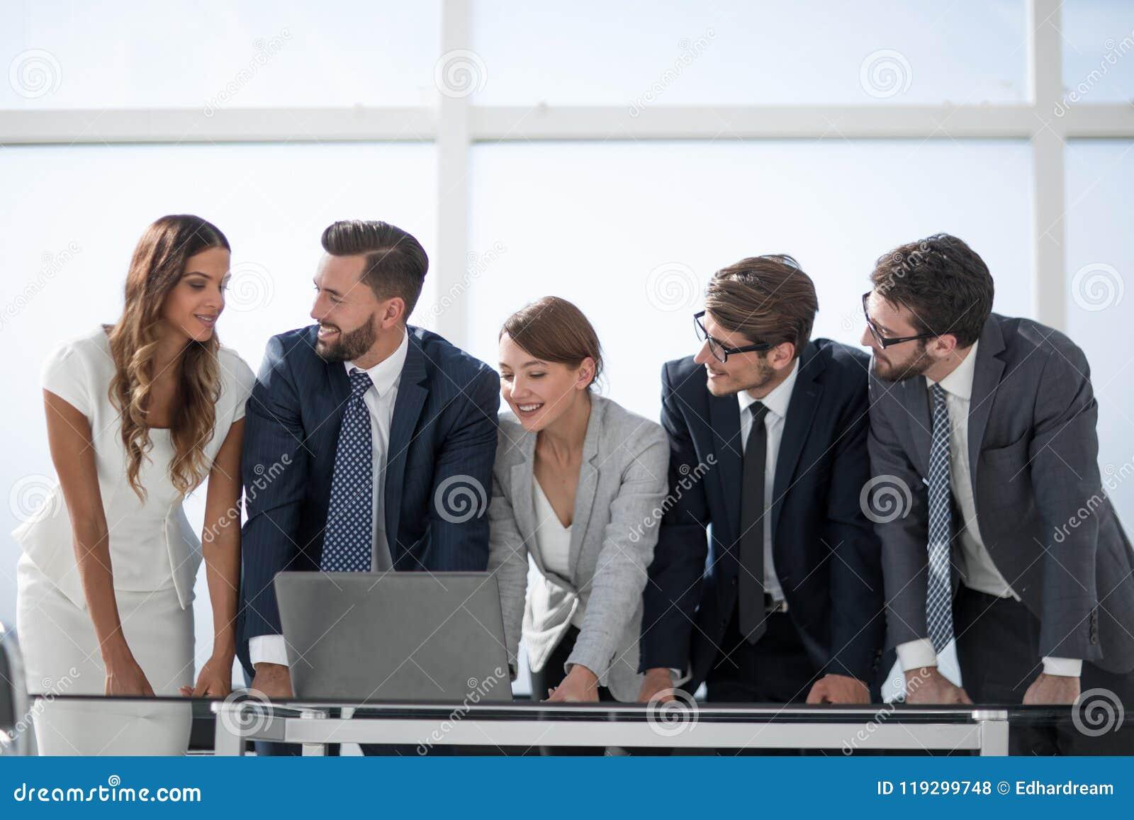 L équipe d affaires maintient la documentation en ligne