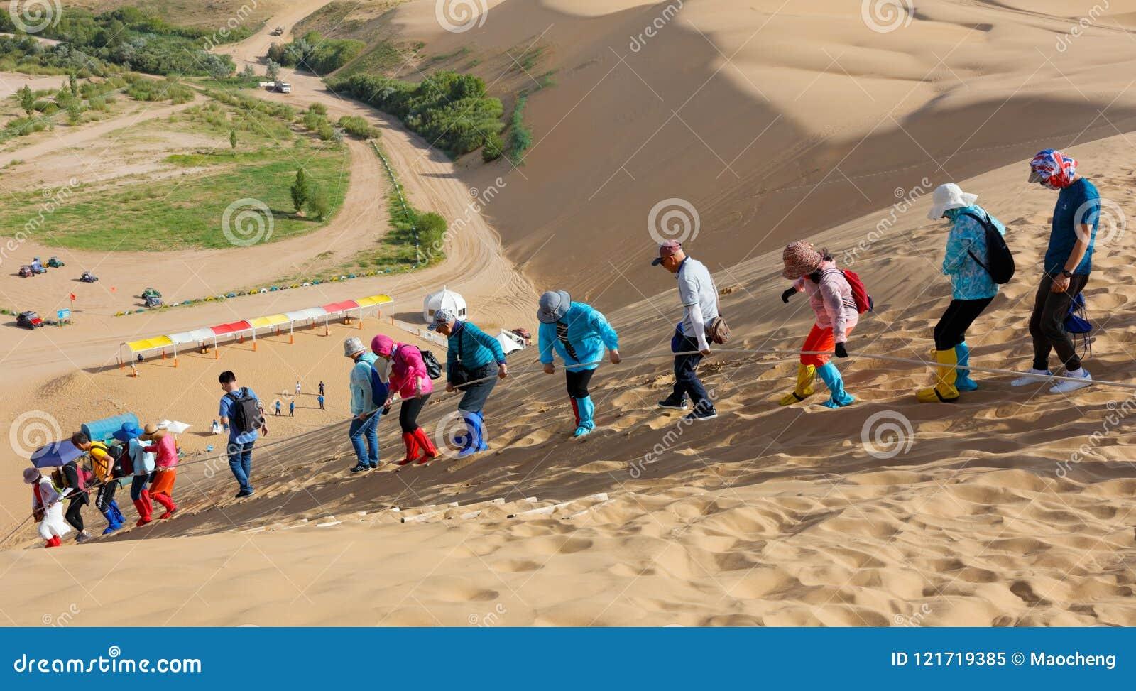 L équipe d alpinisme descend la dune de sable, image de srgb