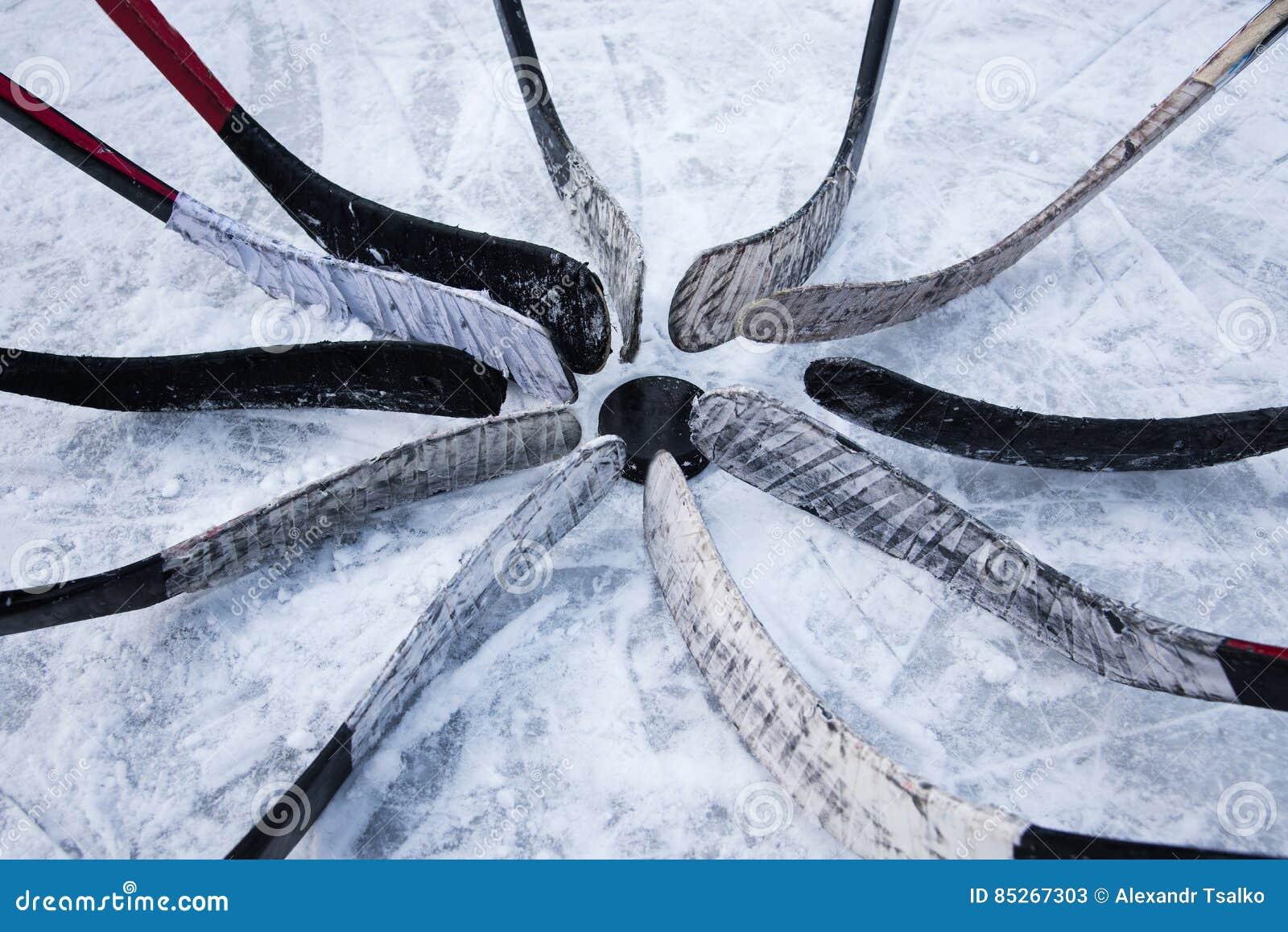 L équipe de hockey mise musardent autour le joint