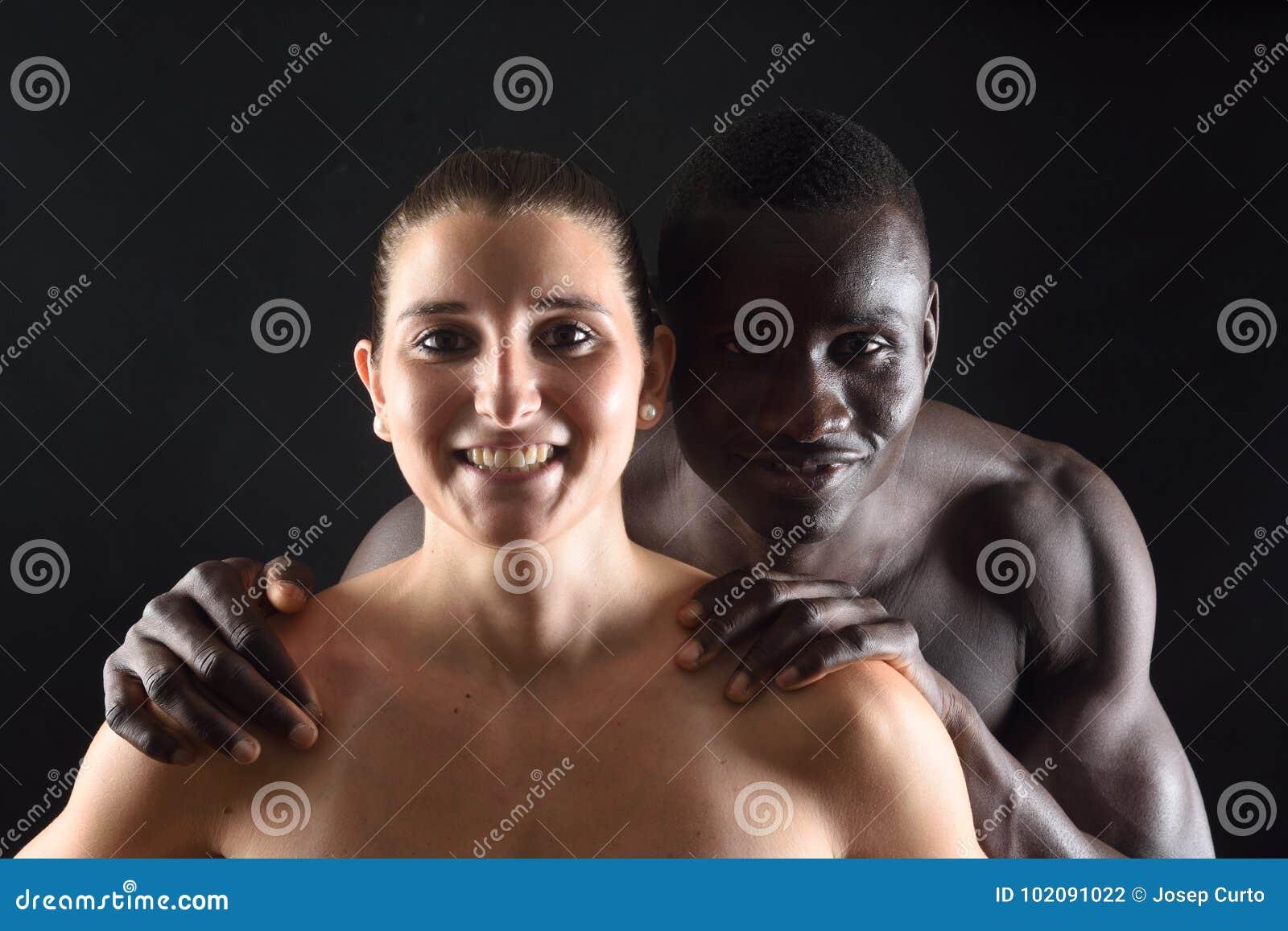 L étreinte d un couple interracial sur le noir