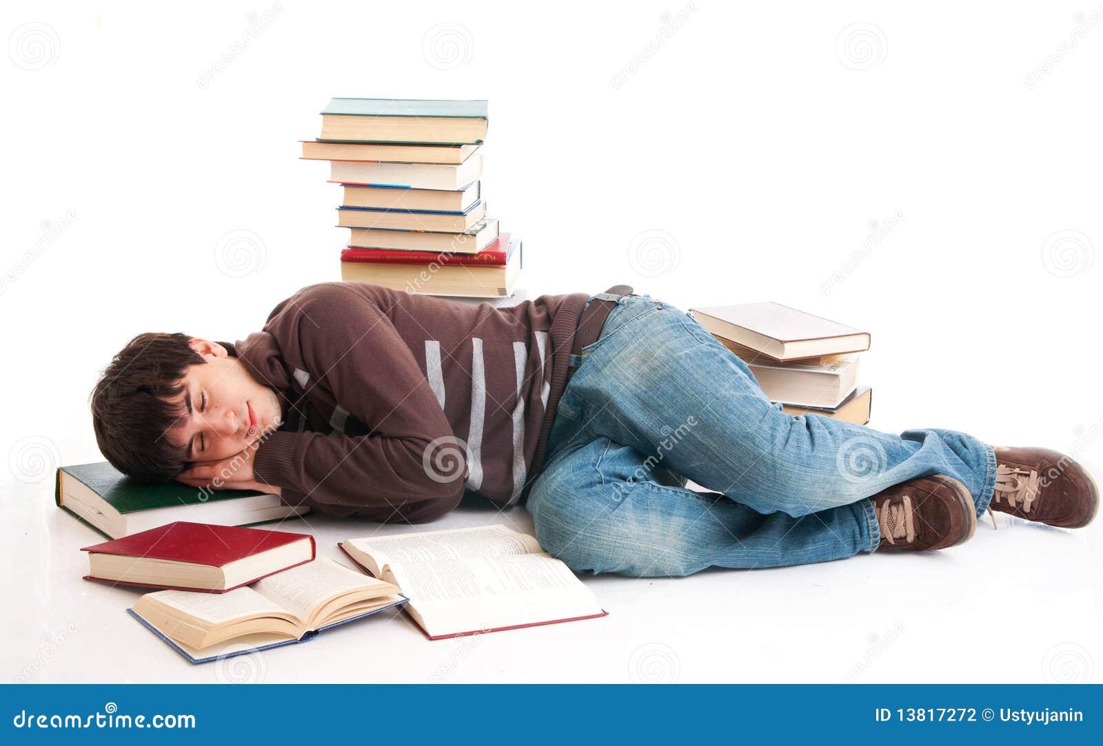 L étudiant de sommeil avec les livres