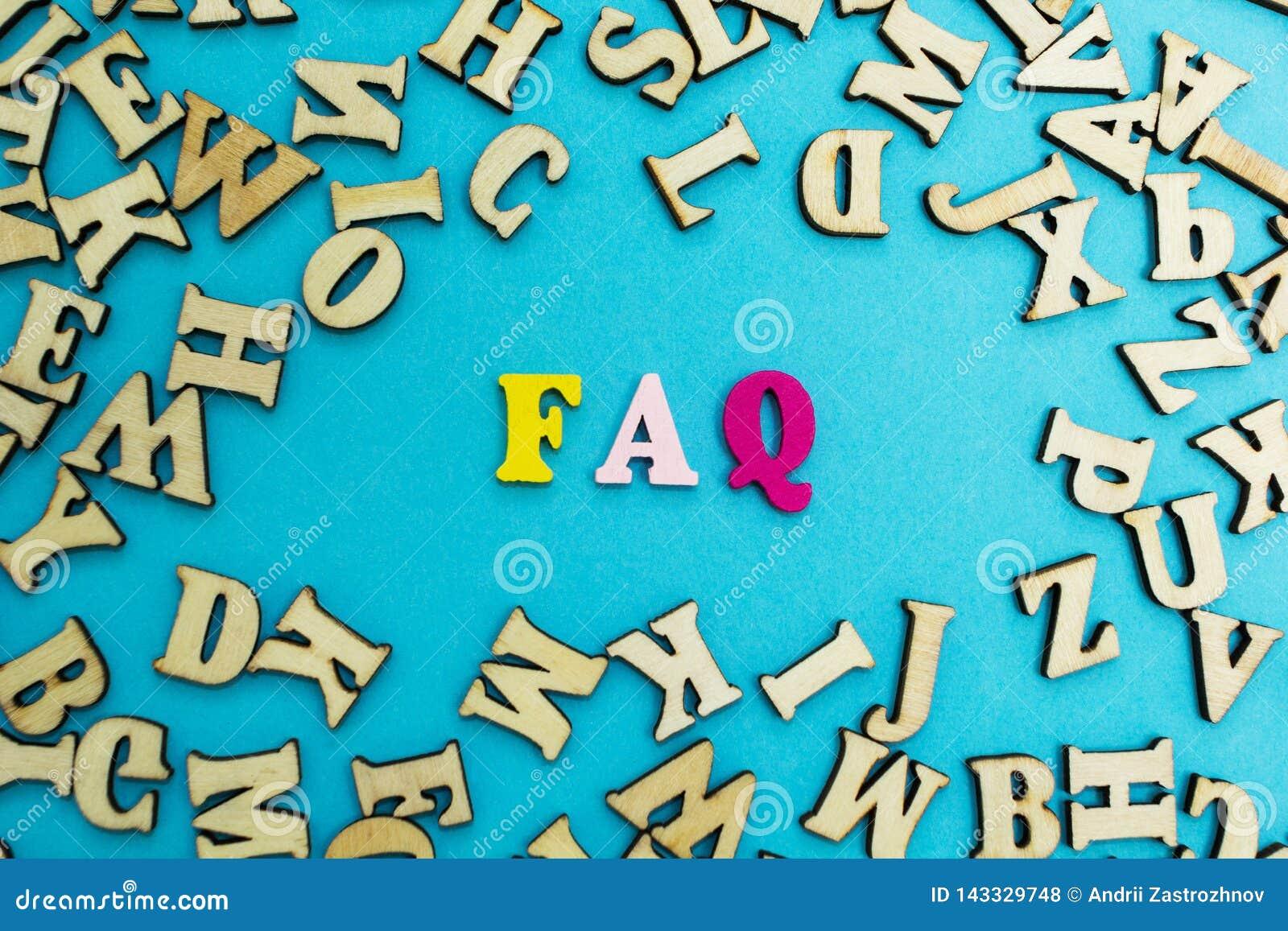 """L abbreviazione """"FAQ """"è presentata dalle lettere multicolori su un fondo blu"""