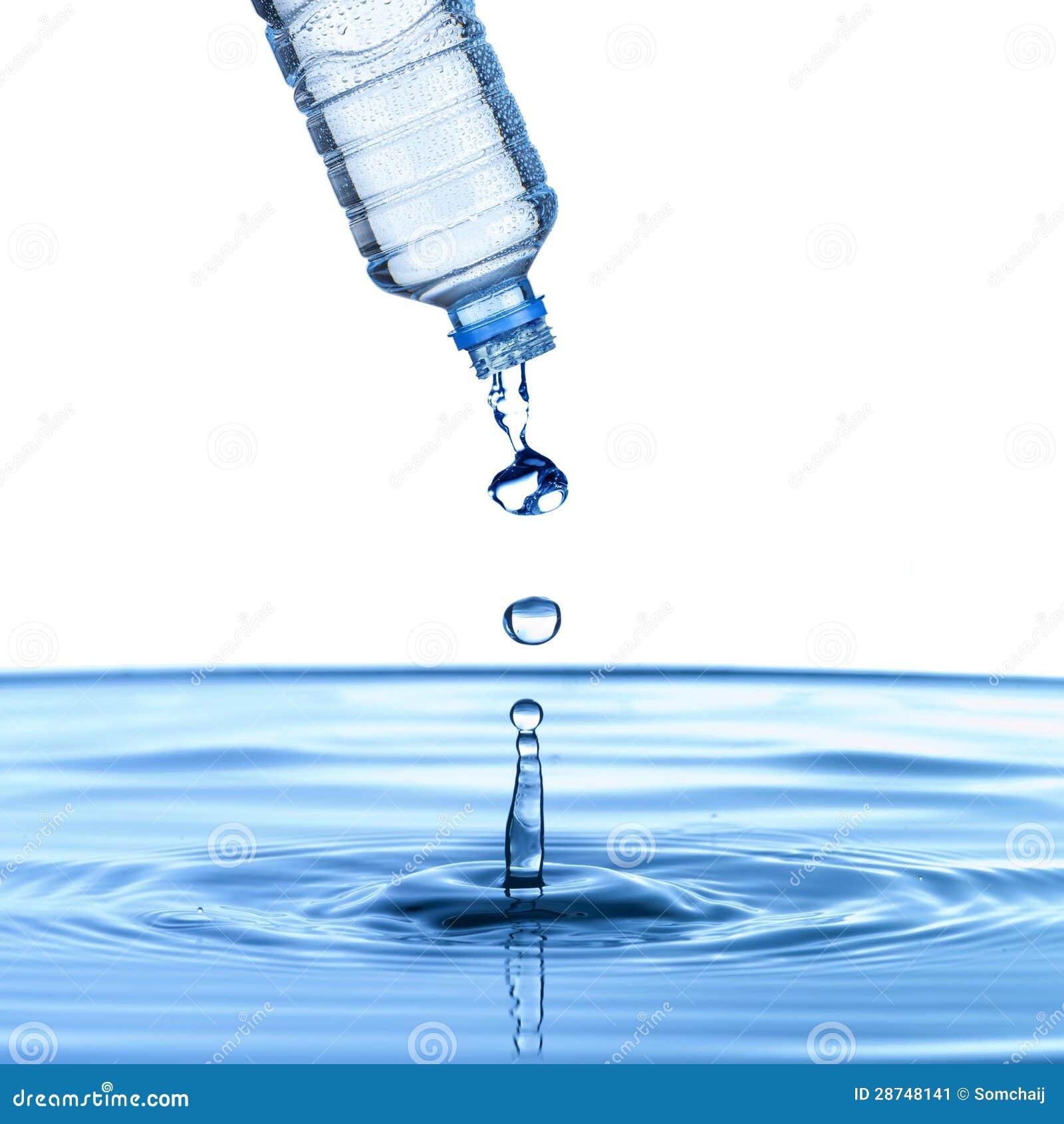 L 39 acqua versa dalla bottiglia di acqua immagine stock for Botole per tetti prezzi