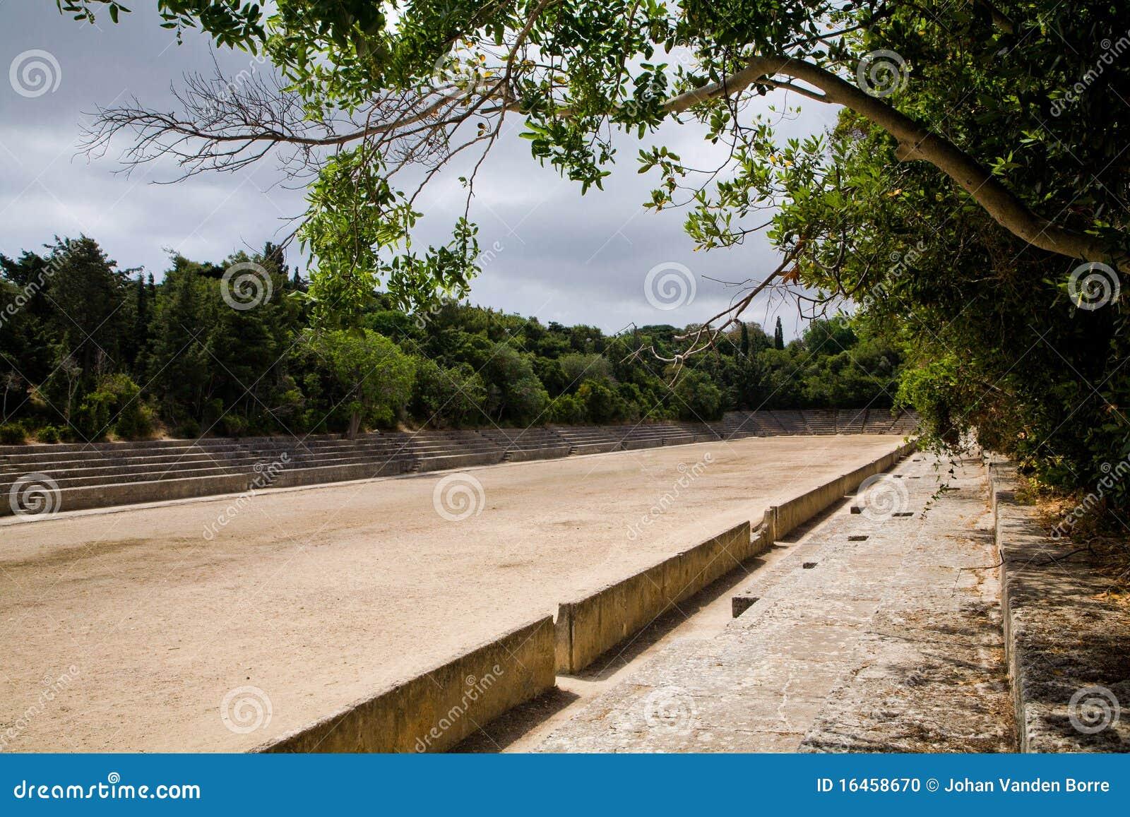 L Acropole du grec ancien folâtre le stade