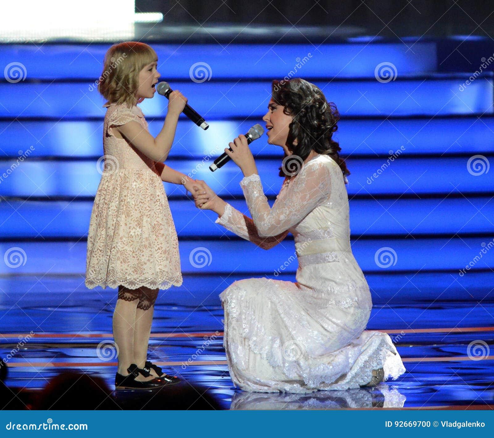 L actrice Alena Bikkulova et le finaliste du ` expriment le ` Yaroslava Degtyareva d enfants