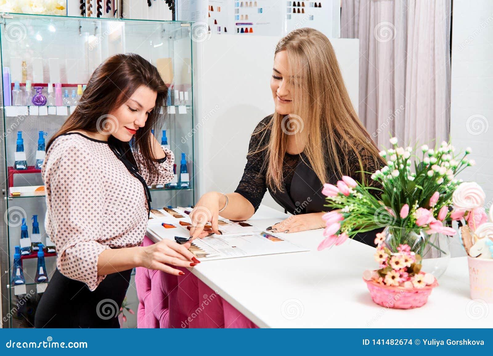 L administrateur du salon de beauté dit la fille au client au sujet des services du salon