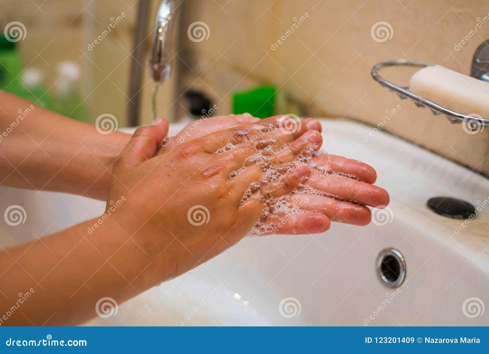 L ado se lave les mains
