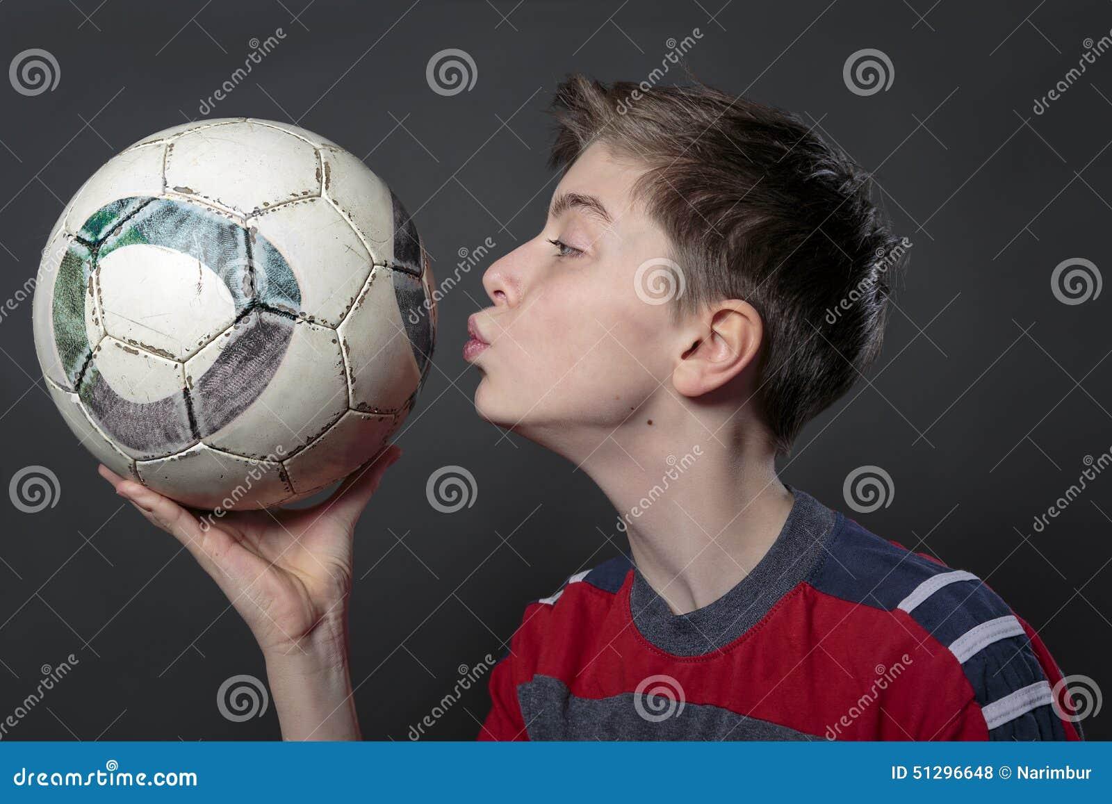 L Adolescent Drole Embrasse Un Ballon De Football Photo Stock