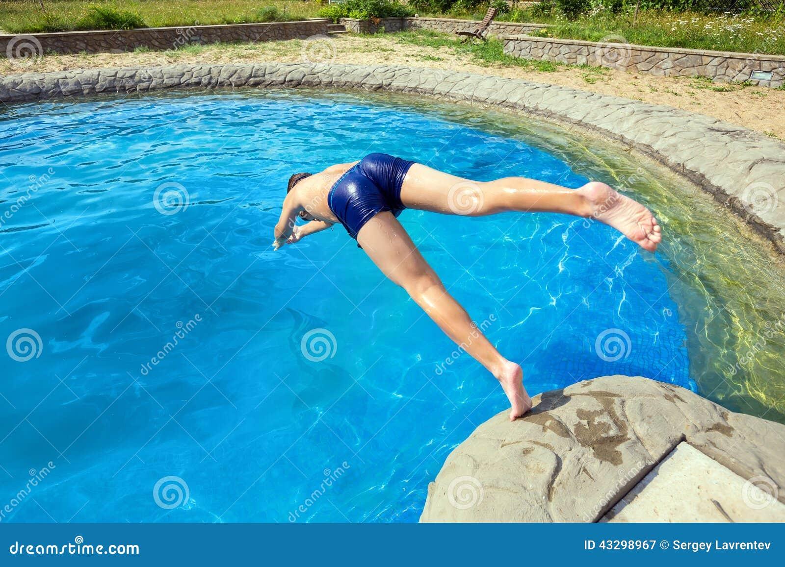 L 39 adolescent sautant dans la piscine image stock image for Piscine xs prix