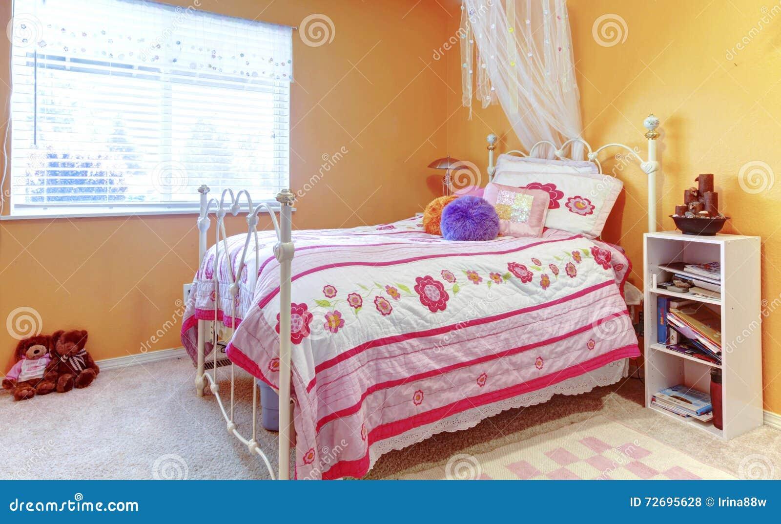 L\'adolescente Orange De Fille Badine La Chambre à Coucher Avec Des ...