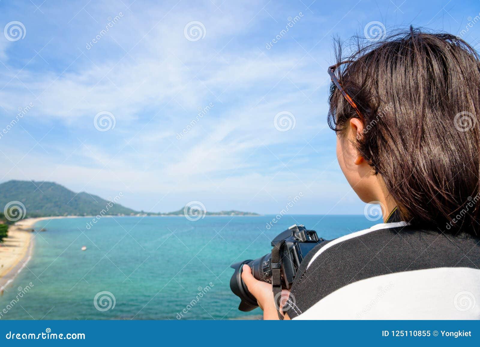 L adolescente sta tenendo la macchina fotografica sul livello