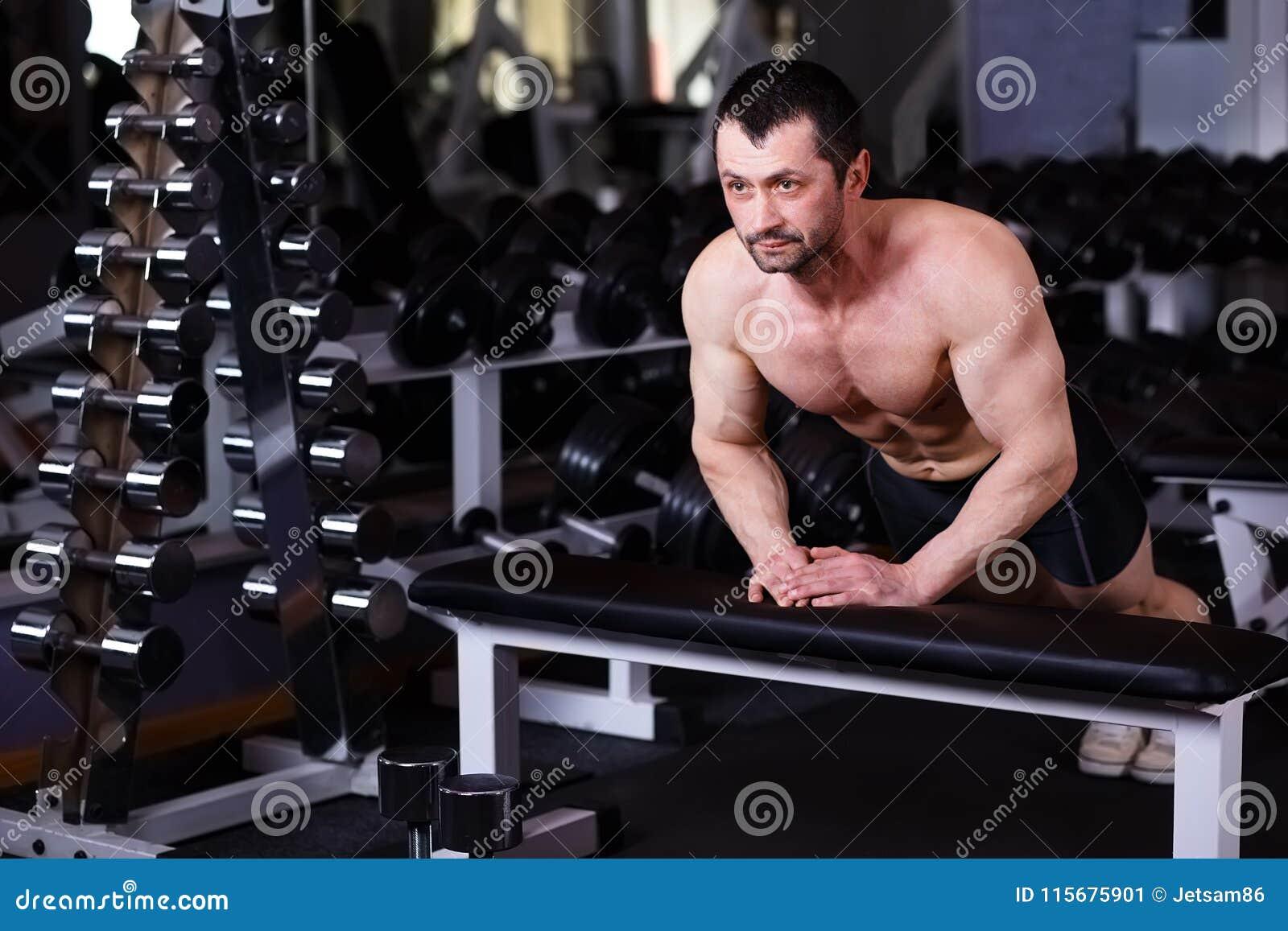 L adulte en bonne santé fort a déchiré l homme avec de grands muscles enfonçant g