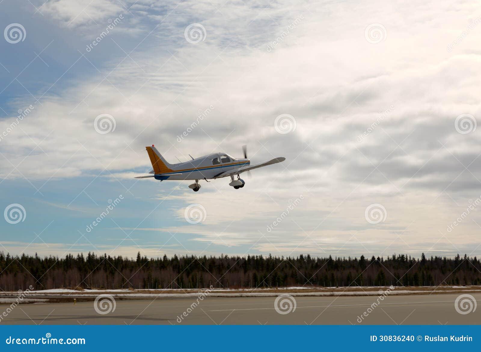Aereo Privato Piccolo : L aereo privato dell elica decolla fotografia stock