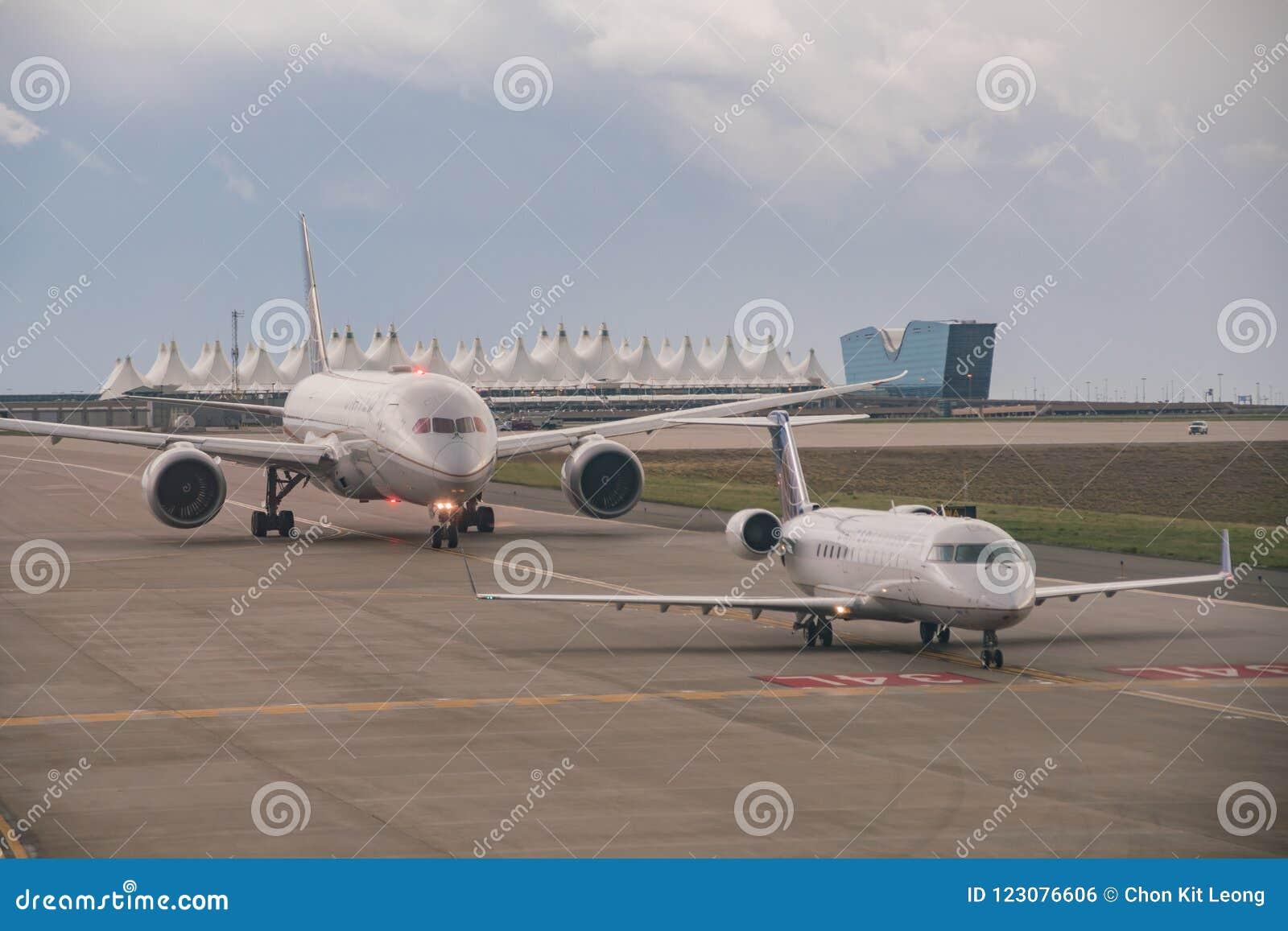 L aeroplano ed il tetto tentlike famoso della linea aerea unita
