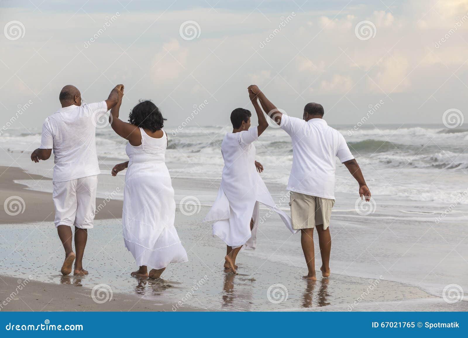 L Afro-américain supérieur heureux couple des femmes d hommes sur la plage