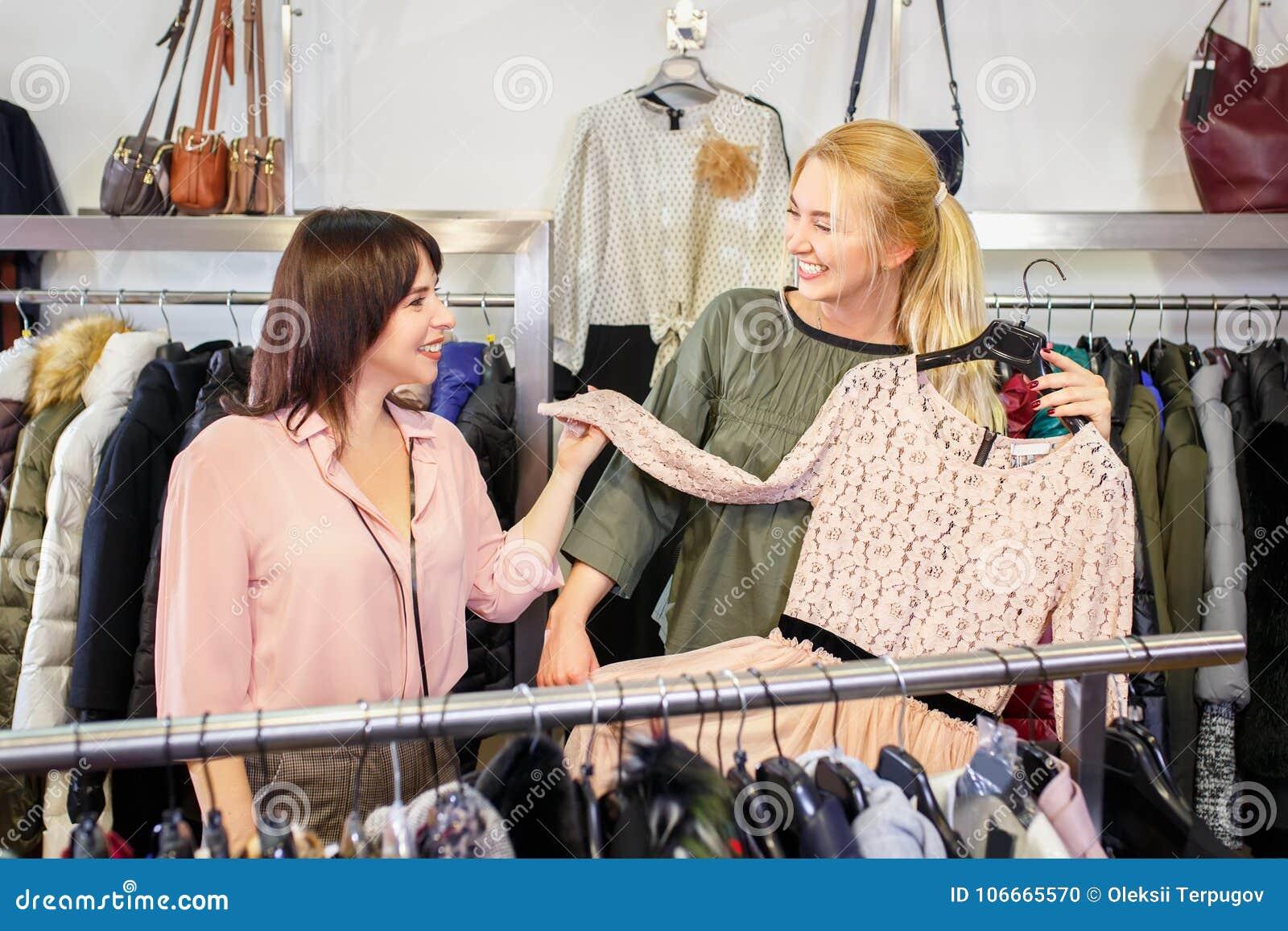 L aiuto del commesso sceglie i vestiti