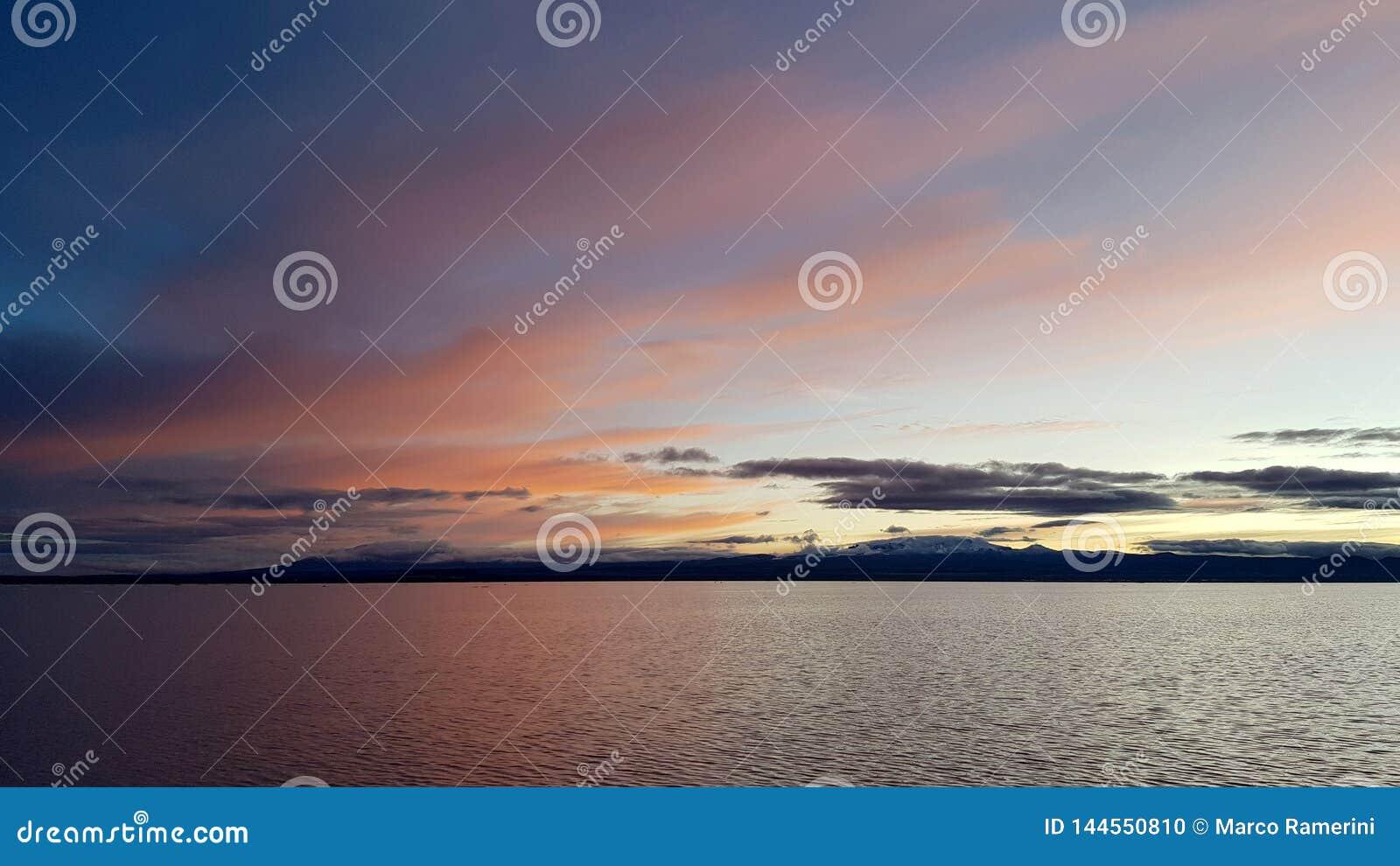 L alba su Salar de Uyuni sommerso, Bolivia
