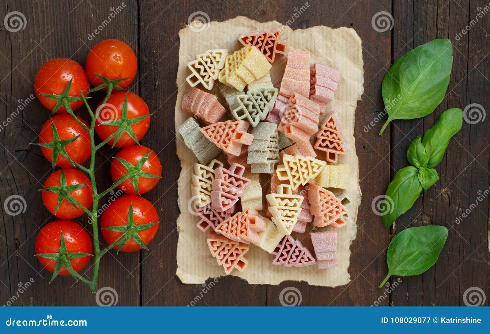 L albero di abete tricolore ha modellato la pasta, i pomodori ed il basilico