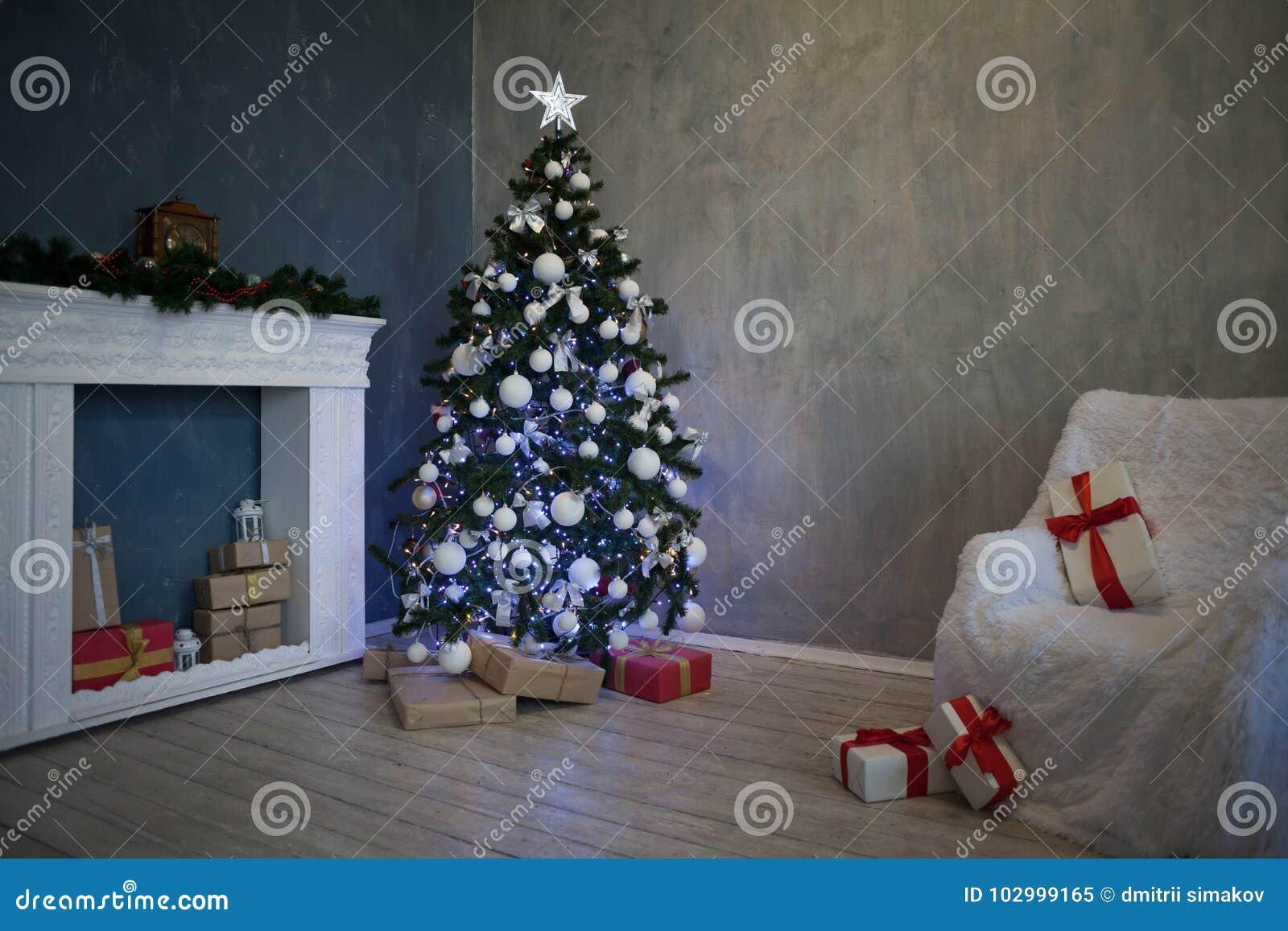 Foto Di Natale 2019.L Albero Di Natale Con I Presente Ghirlanda Accende Il
