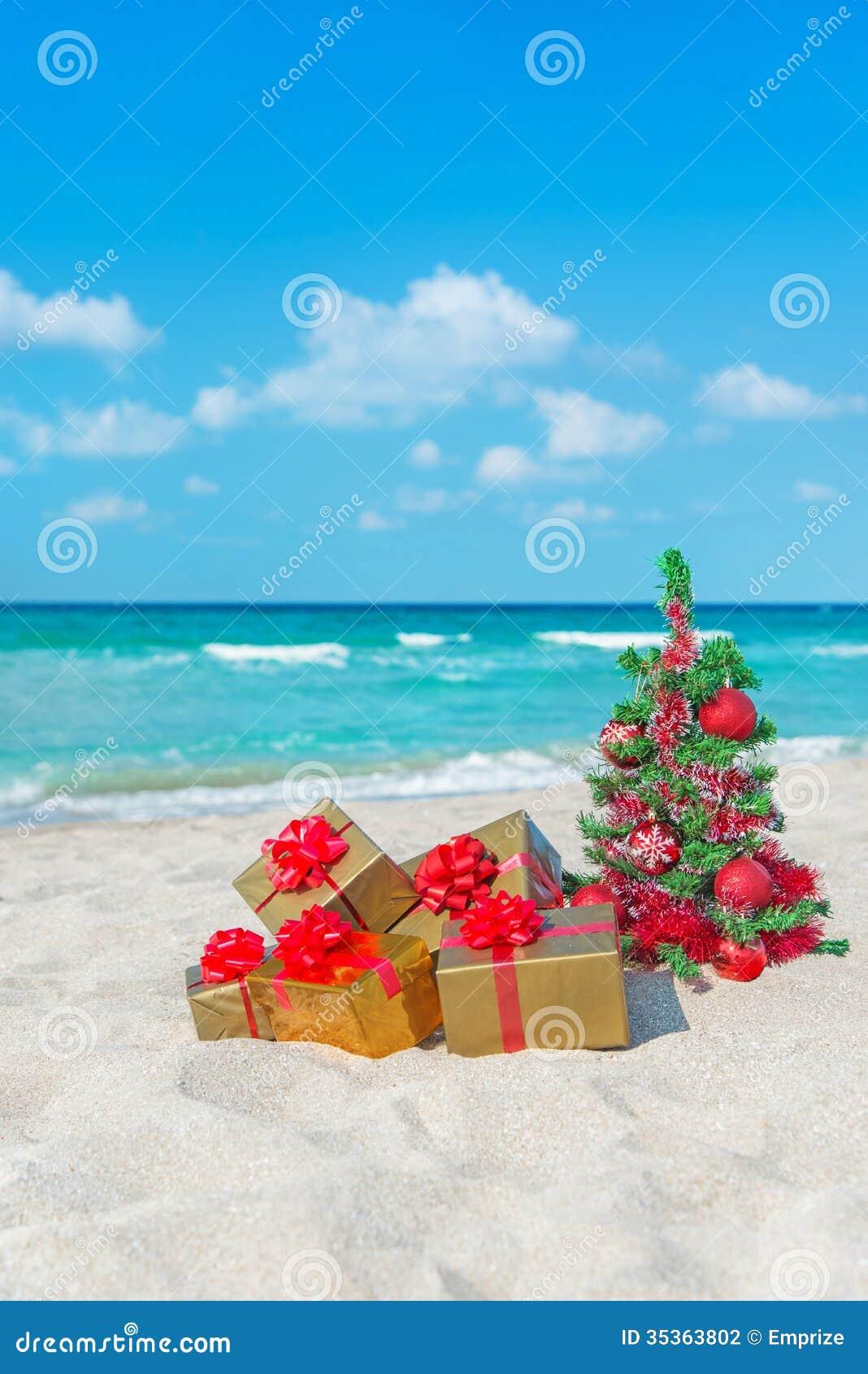 Immagini Natale Mare.L Albero Di Natale Ed Il Regalo Dorato Con Il Grande Arco