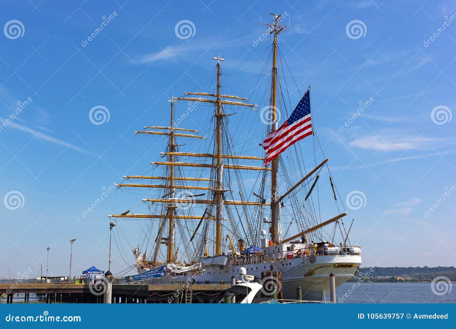 L Alexandrie fait bon accueil à U S Bateau grand de la garde côtière à ses docks en Virginie, Etats-Unis