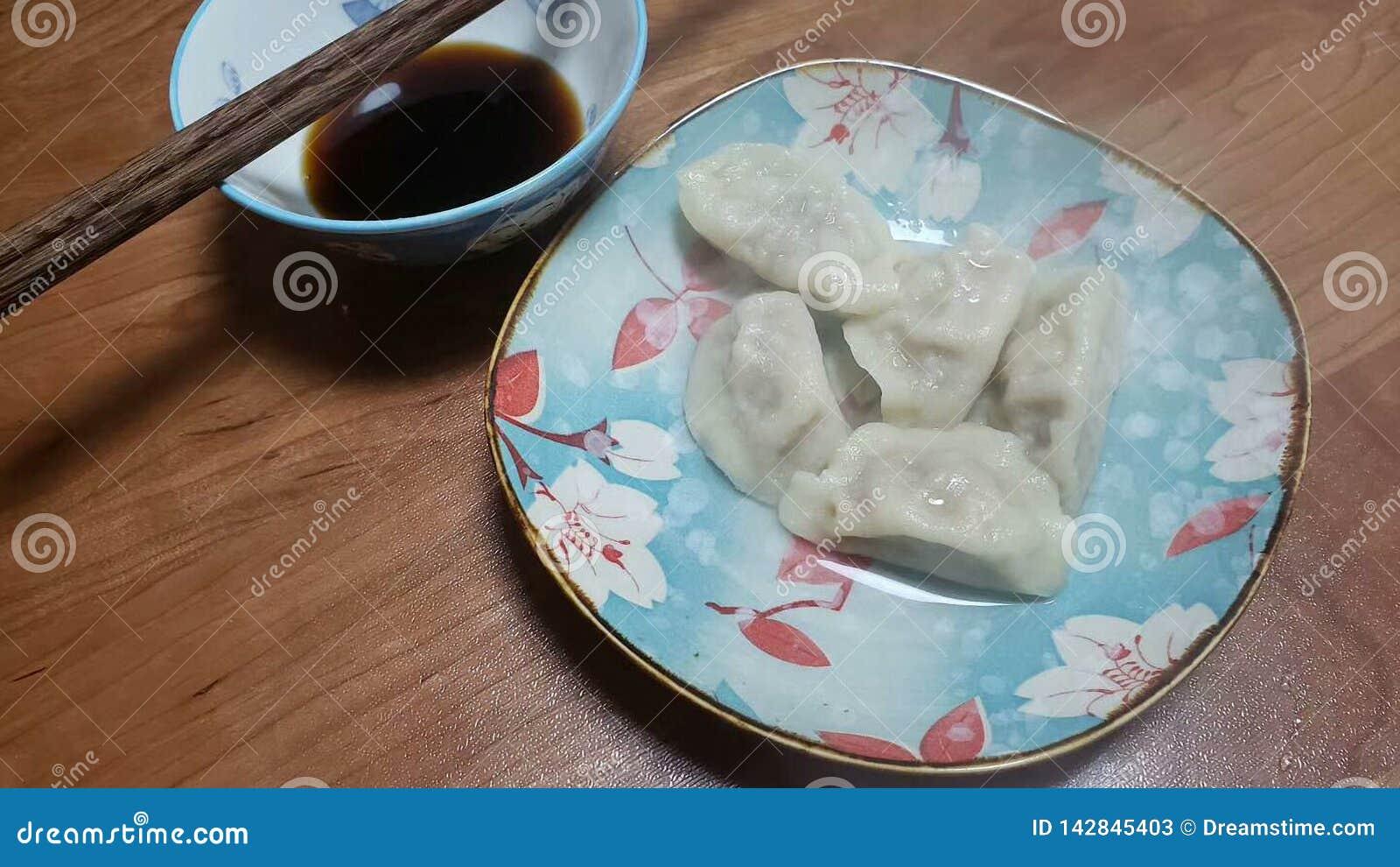 L alimento del cinese tradizionale è disposto in piatti specialmente fatti