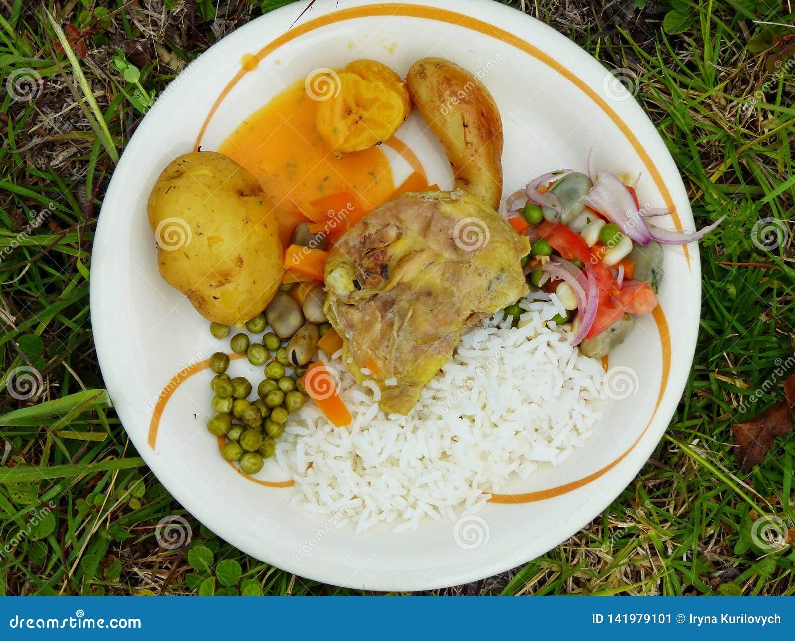 L alimento ha preparato sotterraneo sulle pietre riscaldate l ecuador
