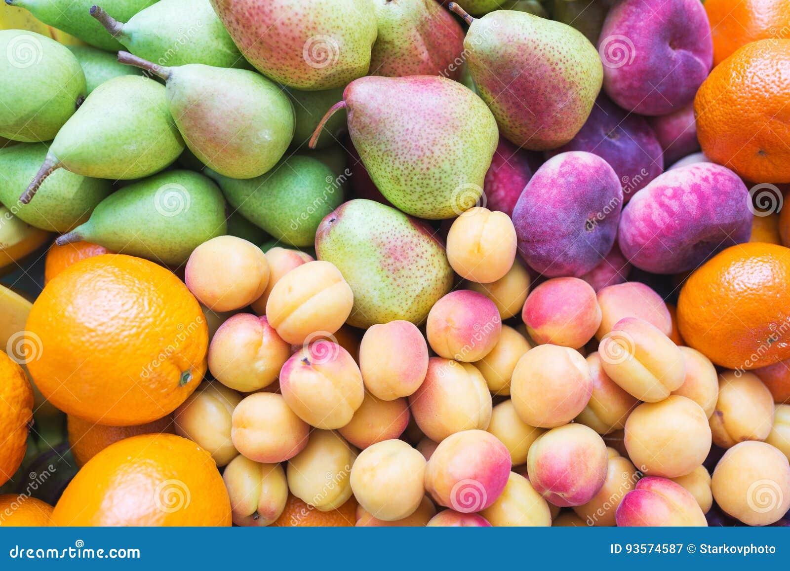 L alimento sano, bello e saporito è frutta Vitamine e colori luminosi di estate