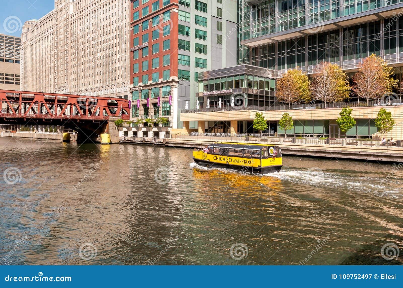L alpha de taxi de l eau de Chicago transporte des passagers le long de la rivière Chicago pendant la journée