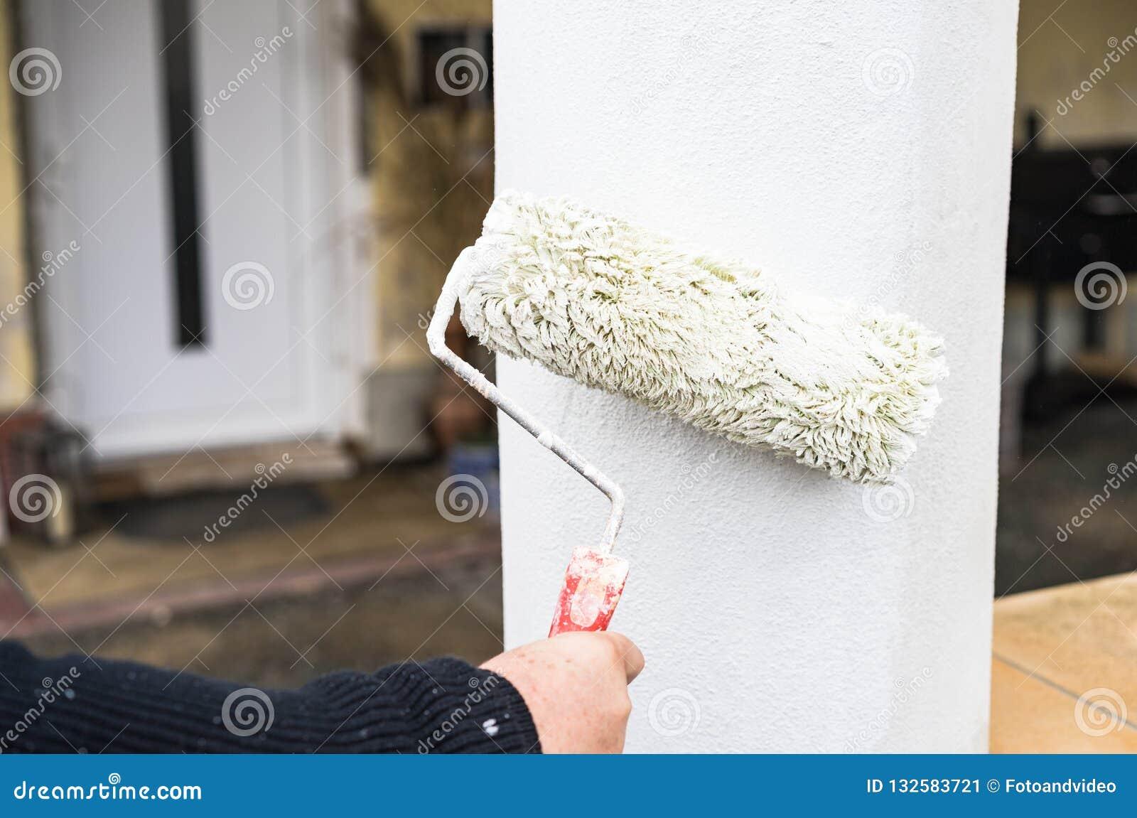 Maison Peinte En Blanc Exterieur l'amélioration de chambre, peintre peint le blanc de colonne