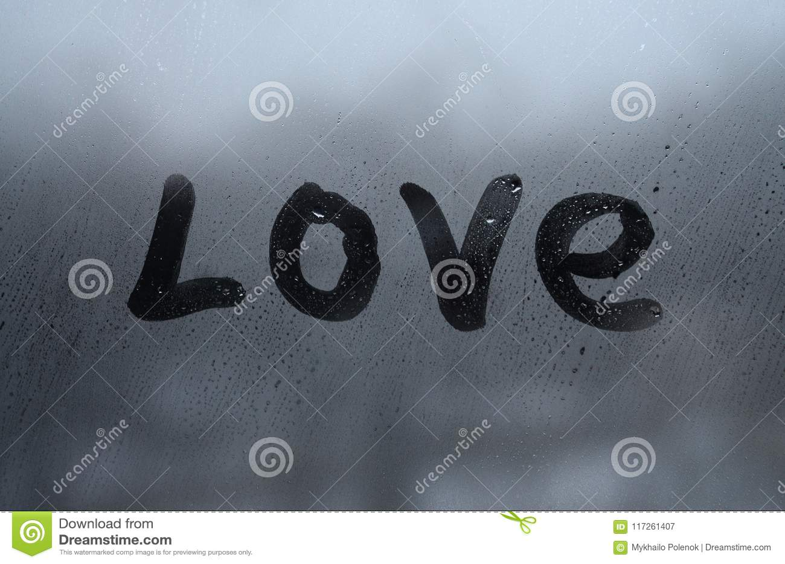 L amore inglese di parola è scritto con un dito sulla superficie del vetro appannato Gli Stati Uniti d America