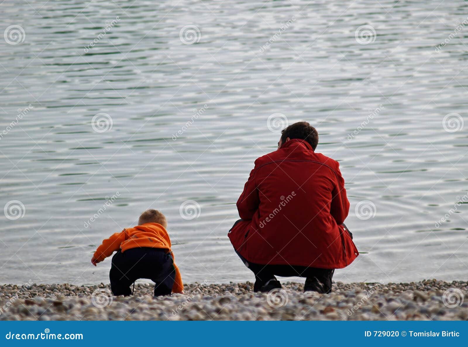 L amour/père et le fils au lac étayent