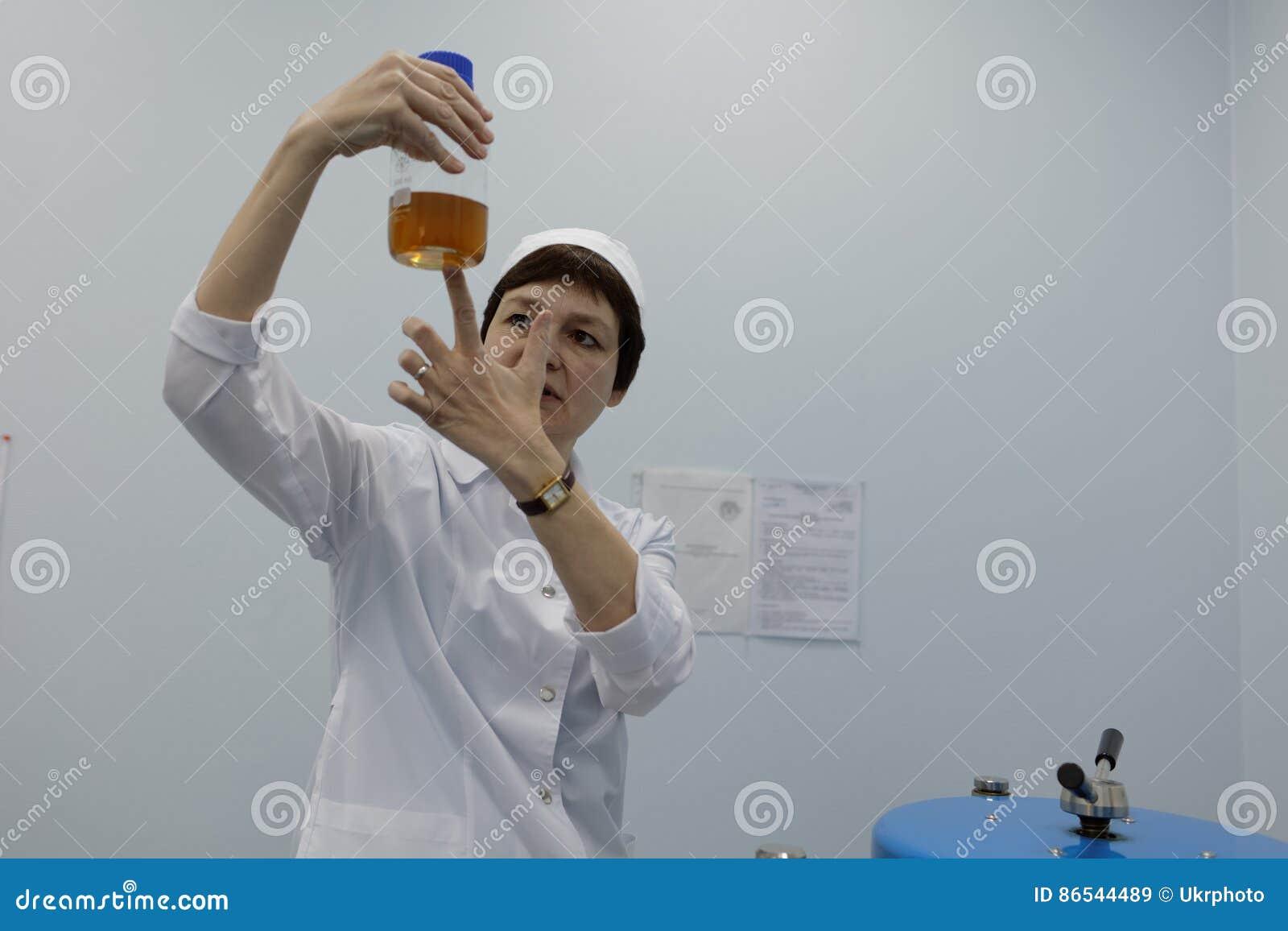 L analyste de l entreprise produit-biologique Vita fait un essai