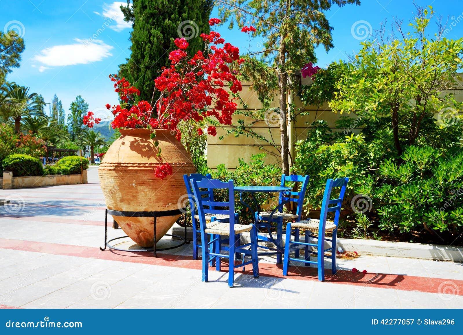 L 39 anfora con i fiori e la tavola greca tradizionale for Fiori con la e