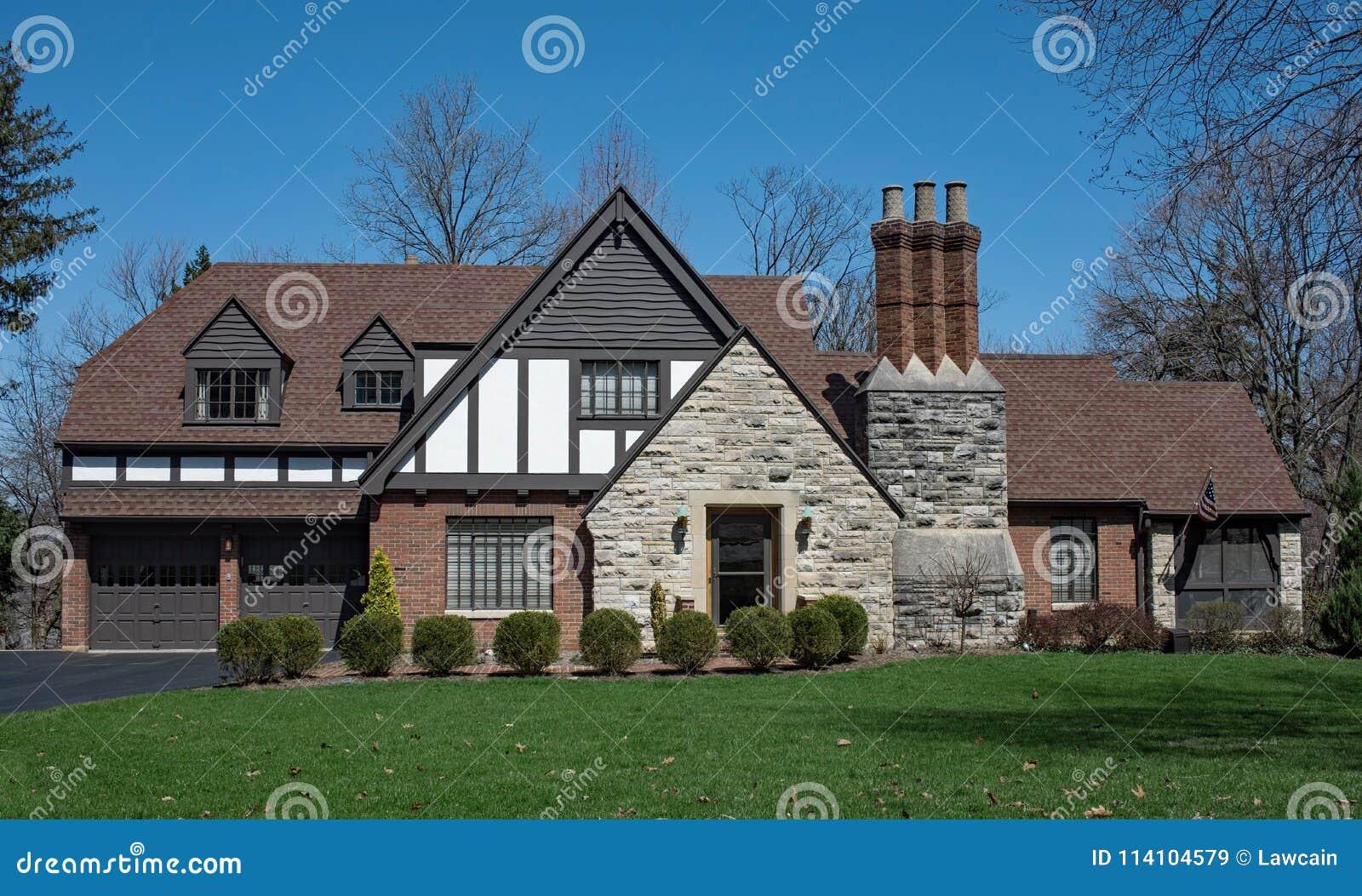 L anglais tudor style house avec la cheminée triple de pile