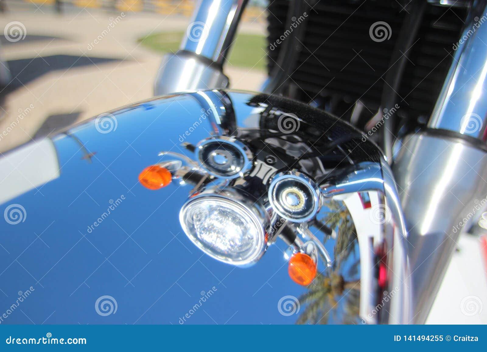 L angle a tiré la belle réflexion de Chrome d été des phares de croisière de moto de cru sur Front Fender