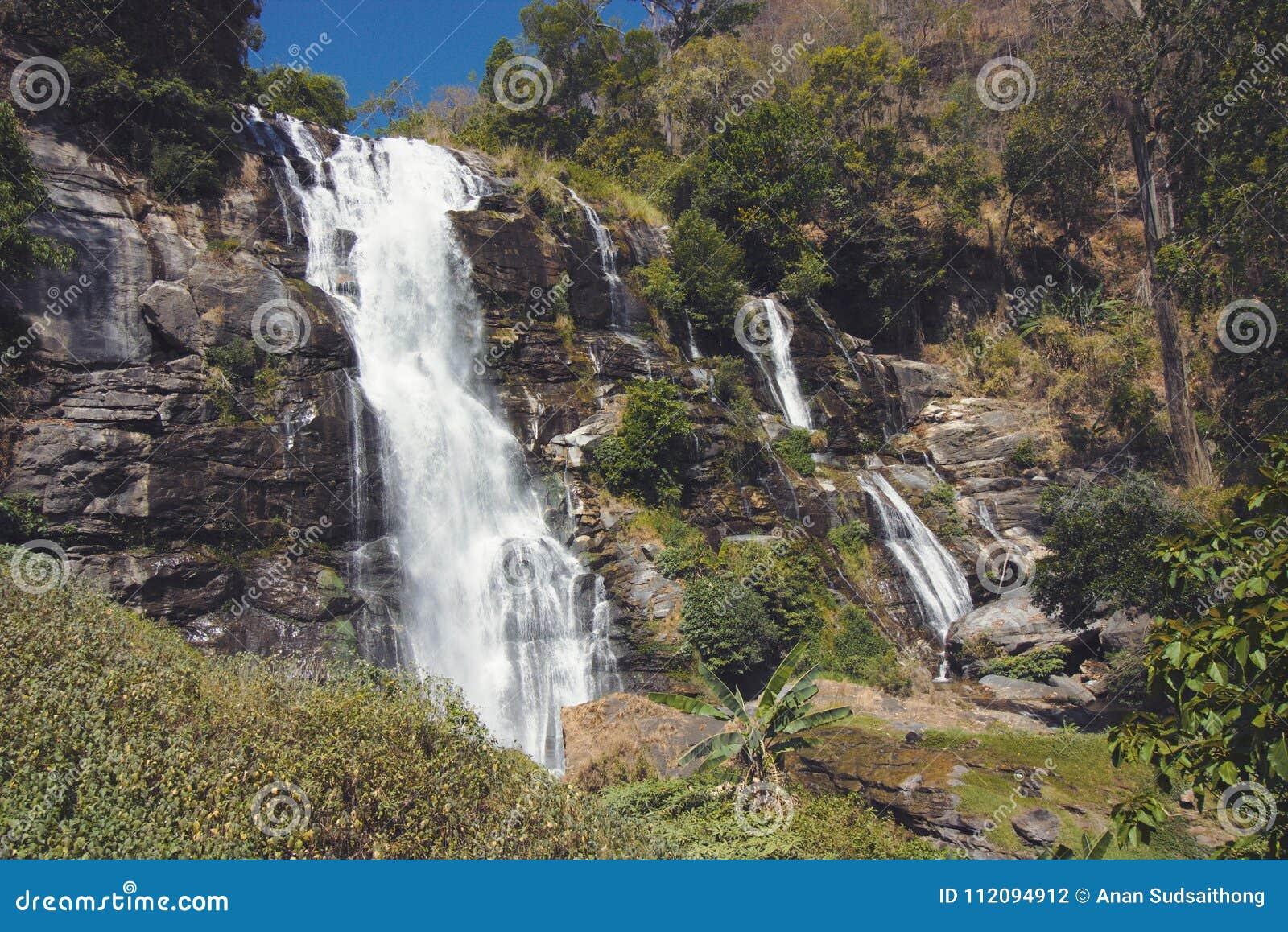 L annata ha tonificato l immagine di bella scena della cascata di Wachirathan in Doi Inthanon, Chiang Mai, Tailandia