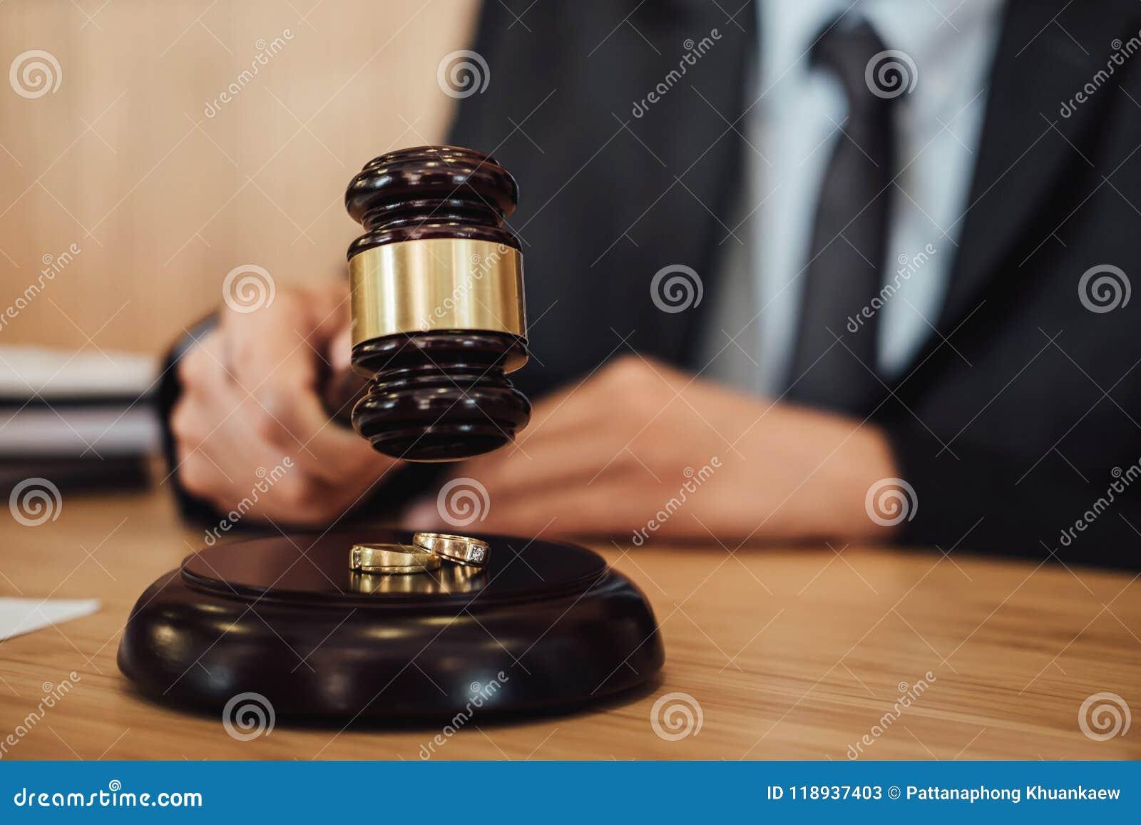 L anneau de mariage deux d or sur le marteau, divorce de mariage sur le juge a donné
