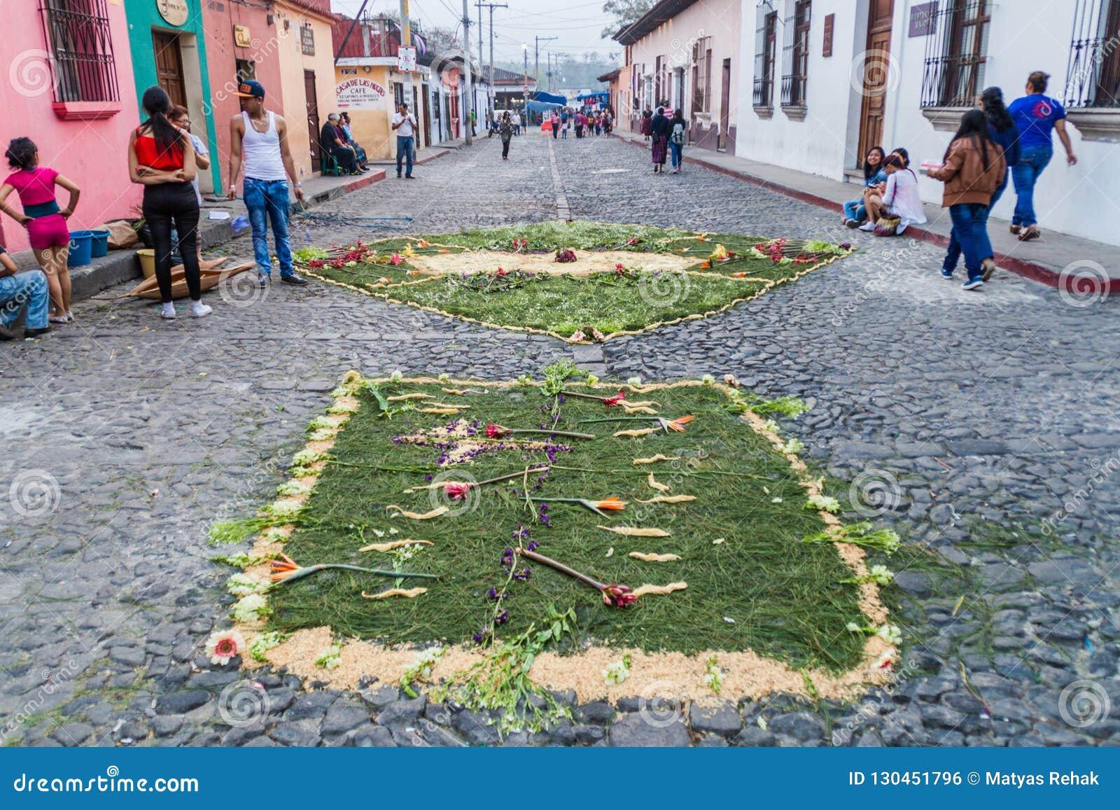 L ANTIGUA, GUATEMALA - 26 MARS 2016 : Les gens marchent le long des tapis décoratifs de Pâques dans la ville de l Antigua Guatema