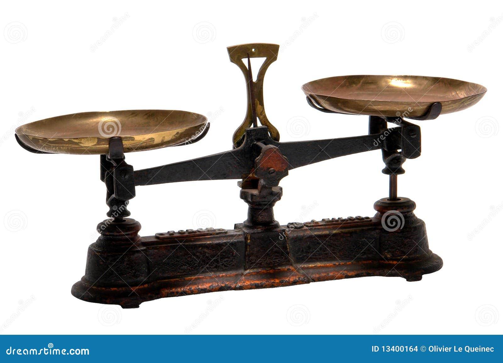 L antiquité pèsent et l échelle en laiton de vieille mesure d isolement